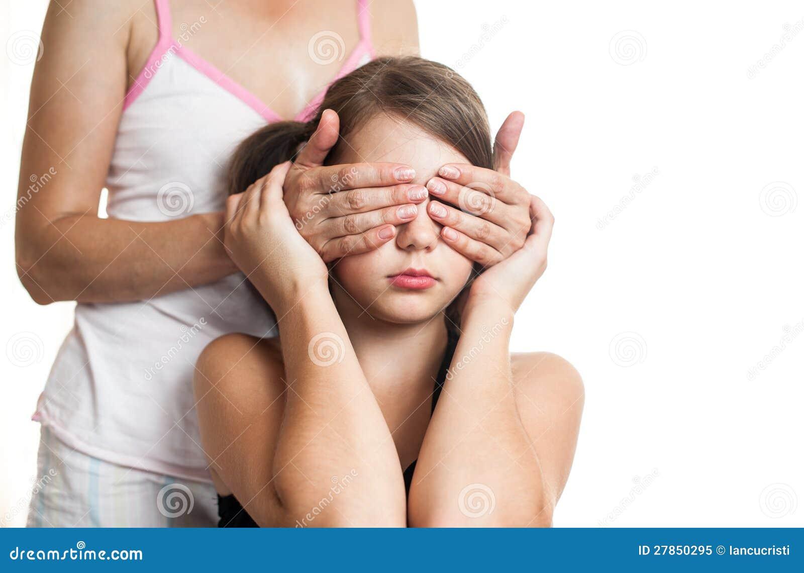 Portret nastoletnia dziewczyna zaskakuje jej matki ono przygląda się zakrywać