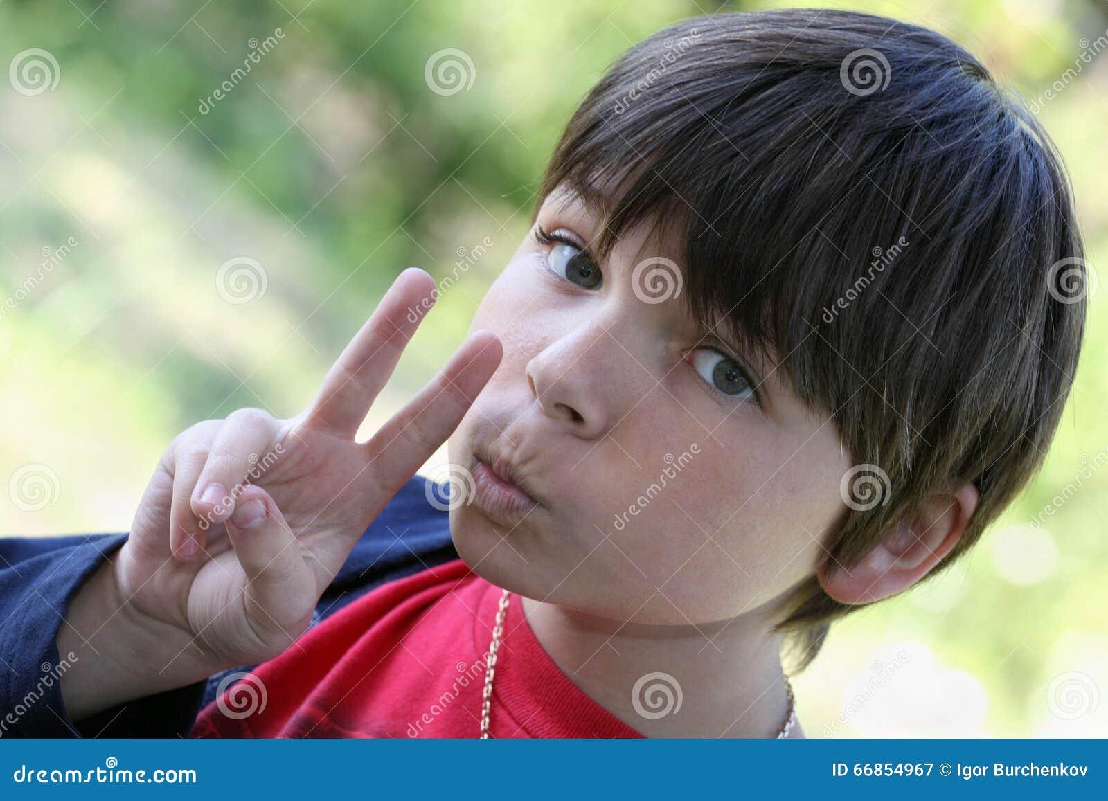 Portret nastoletniego chłopaka gestykulować