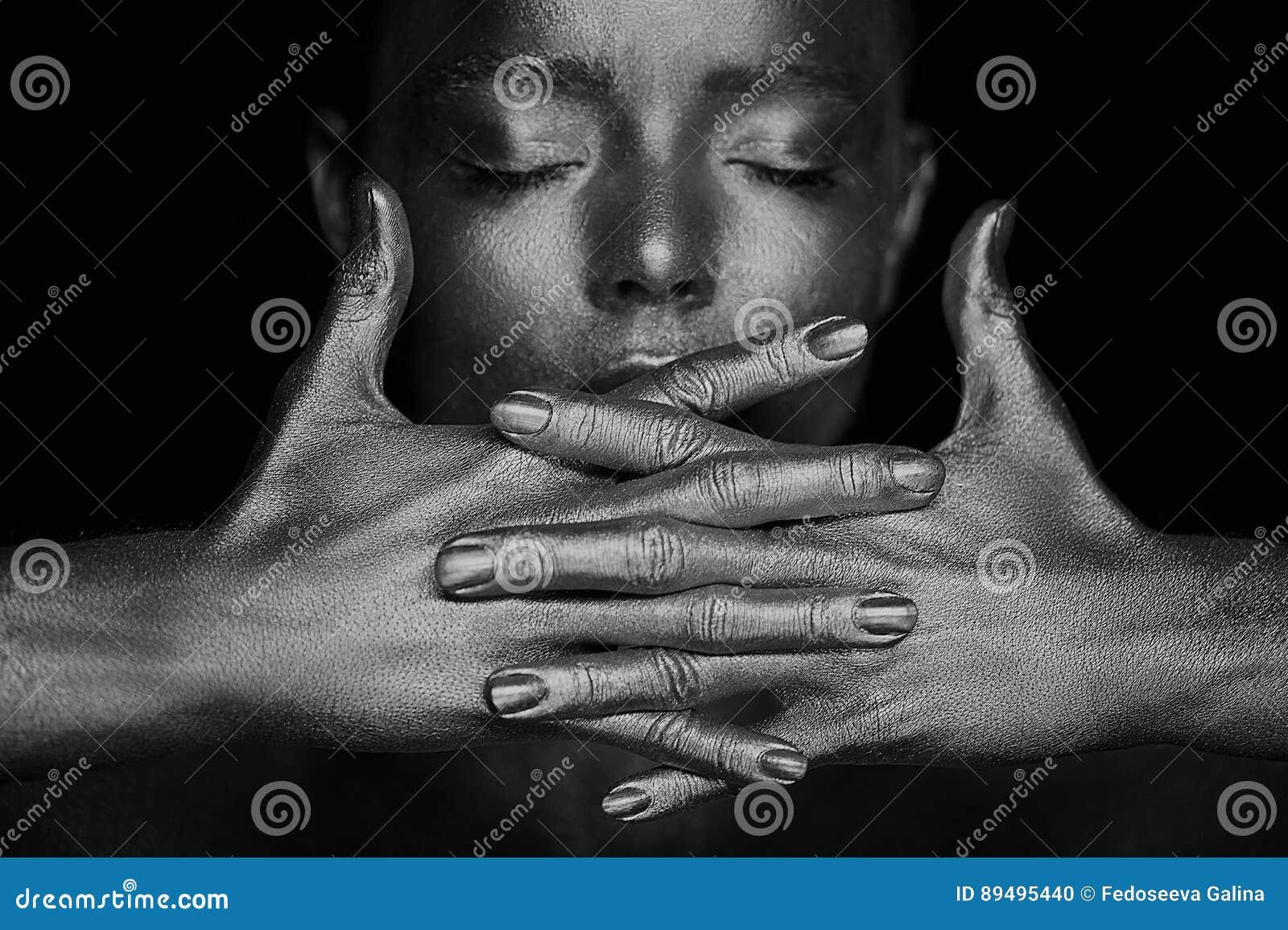 Portret nieziemskie genialne dziewczyny, ręki blisko twarzy Bardzo kobiecy i delikatny Oczy zamykają ramowy gradient wręcza nie