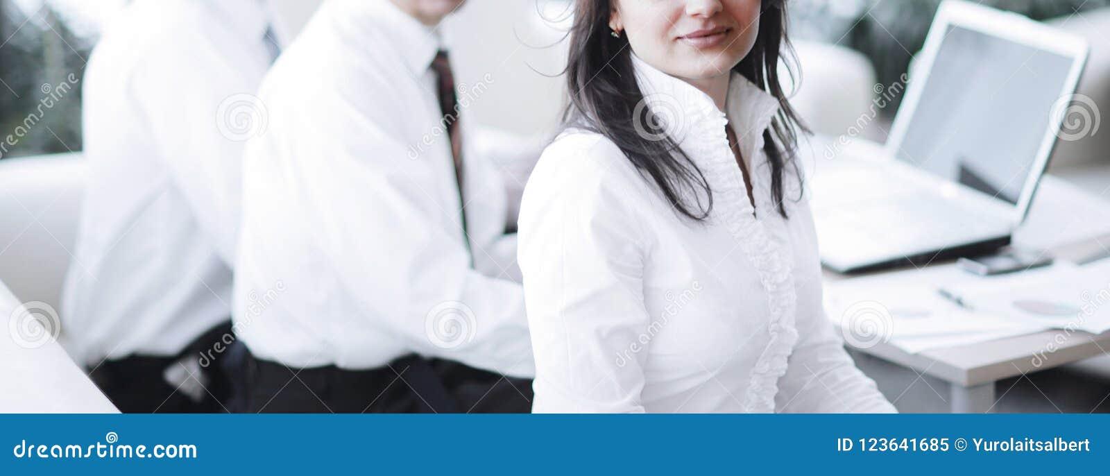 Portret nowożytna biznesowa kobieta na tle jej miejsce pracy