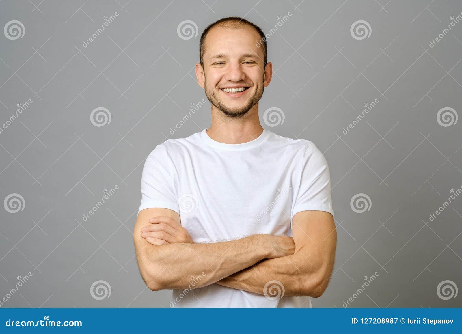 Portret patrzeje kamerę uśmiechnięty młody człowiek