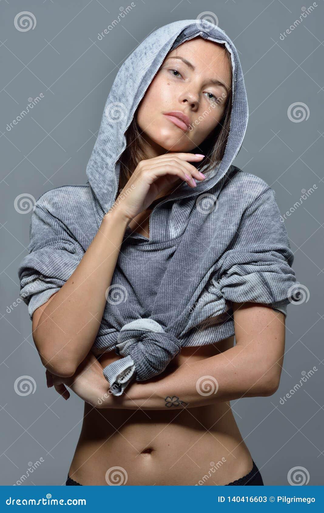 Portret piękna kobieta w popielatej hoody bluzce