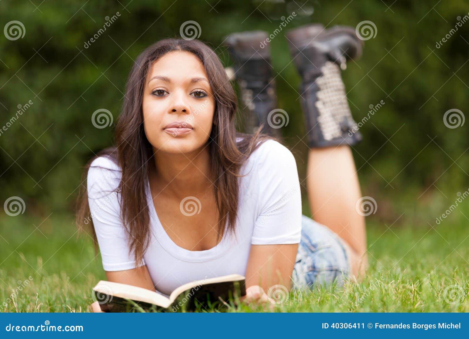 Portret piękna afrykańska młoda kobieta outdoors