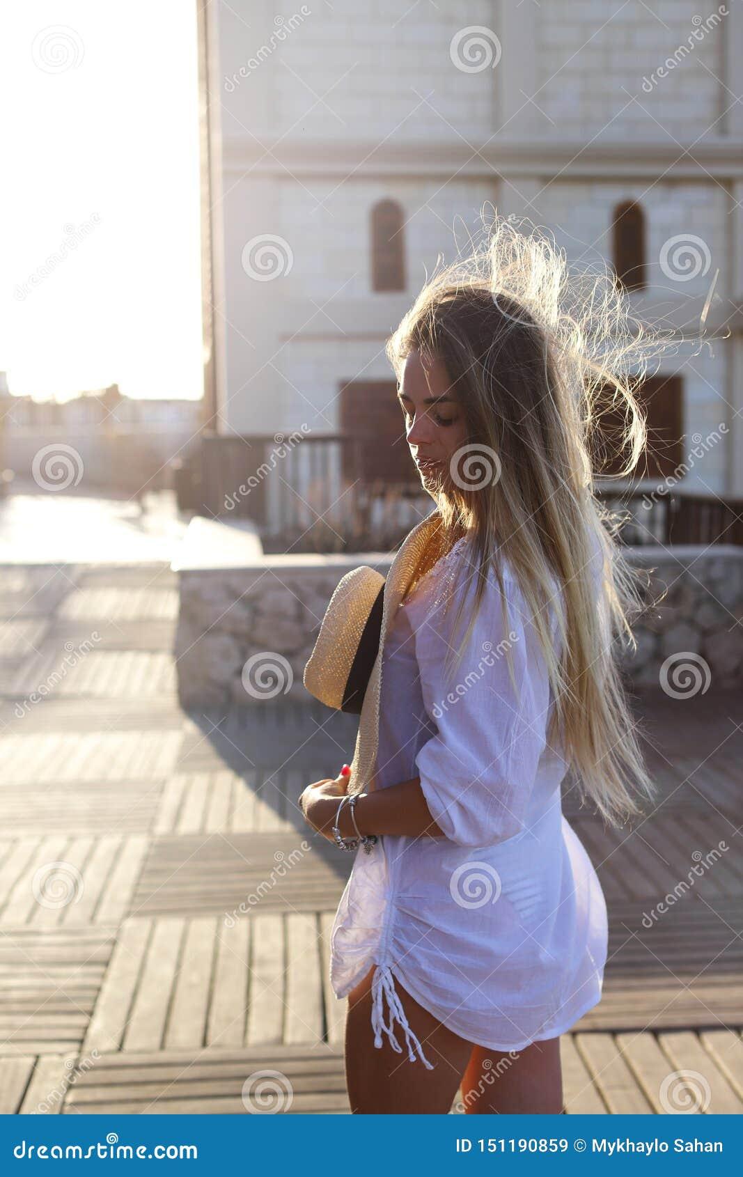 Portret piękna blond młoda kobieta, cieszy się słońce na pogodnym lato wieczór Wakacje poj?cie