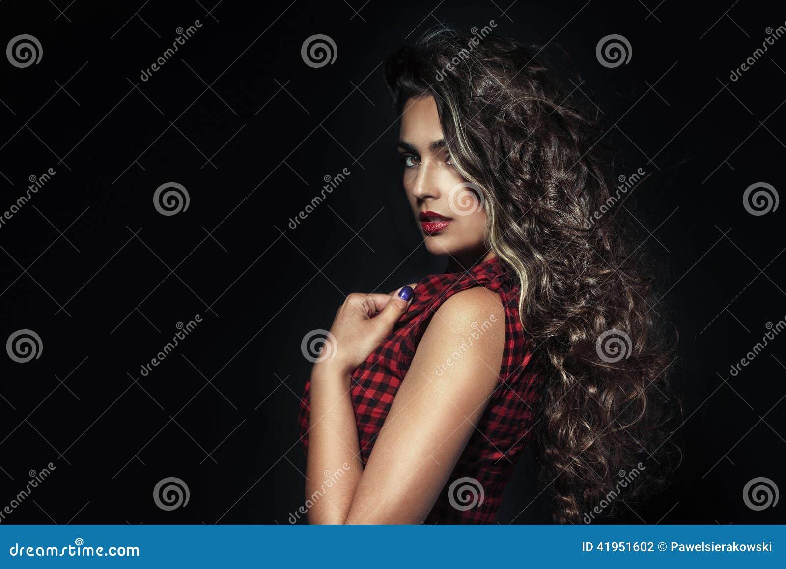 Portret piękna brunetki kobieta