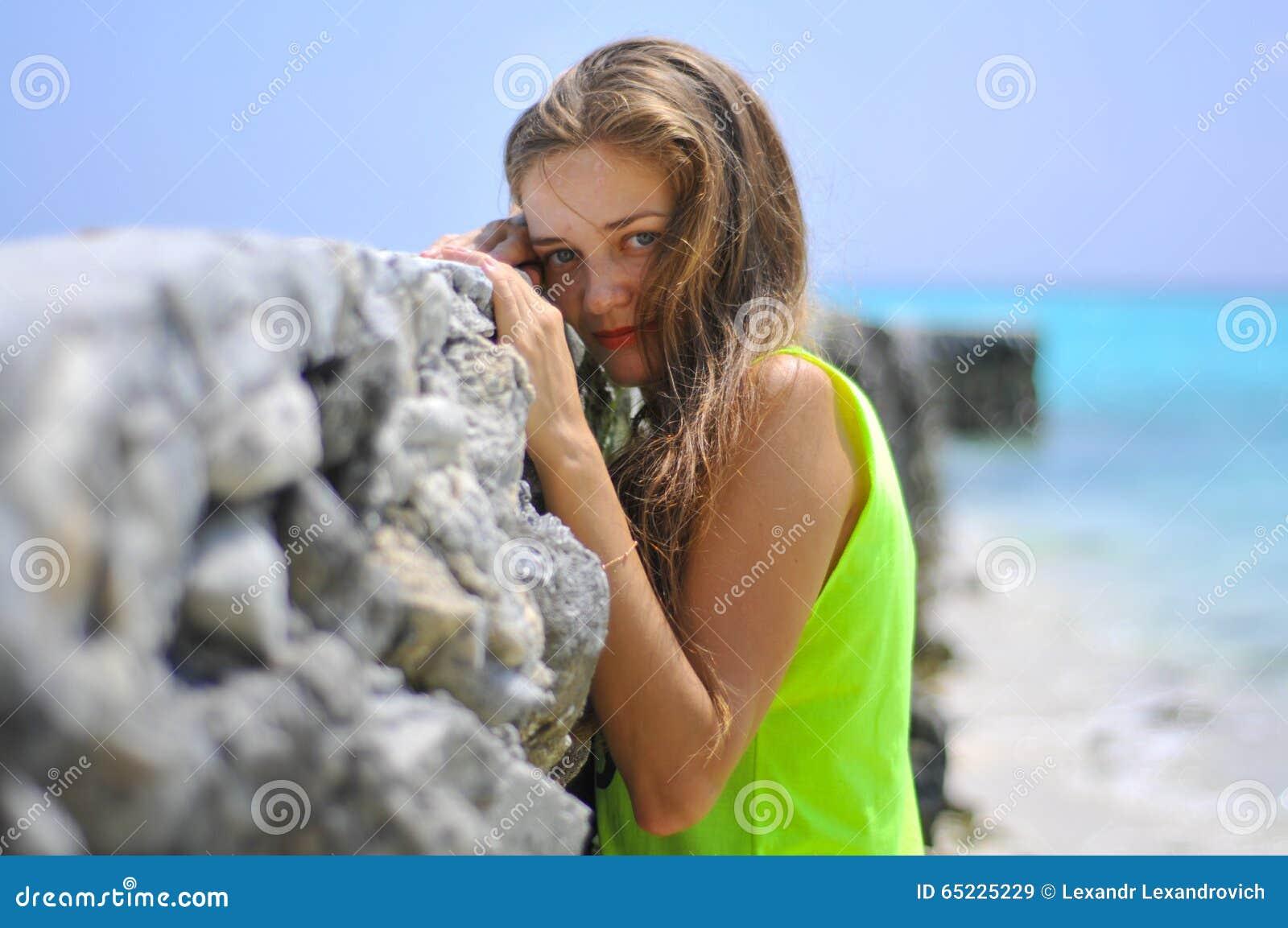 Portret piękna dziewczyna blisko mola przy tropikalną plażą