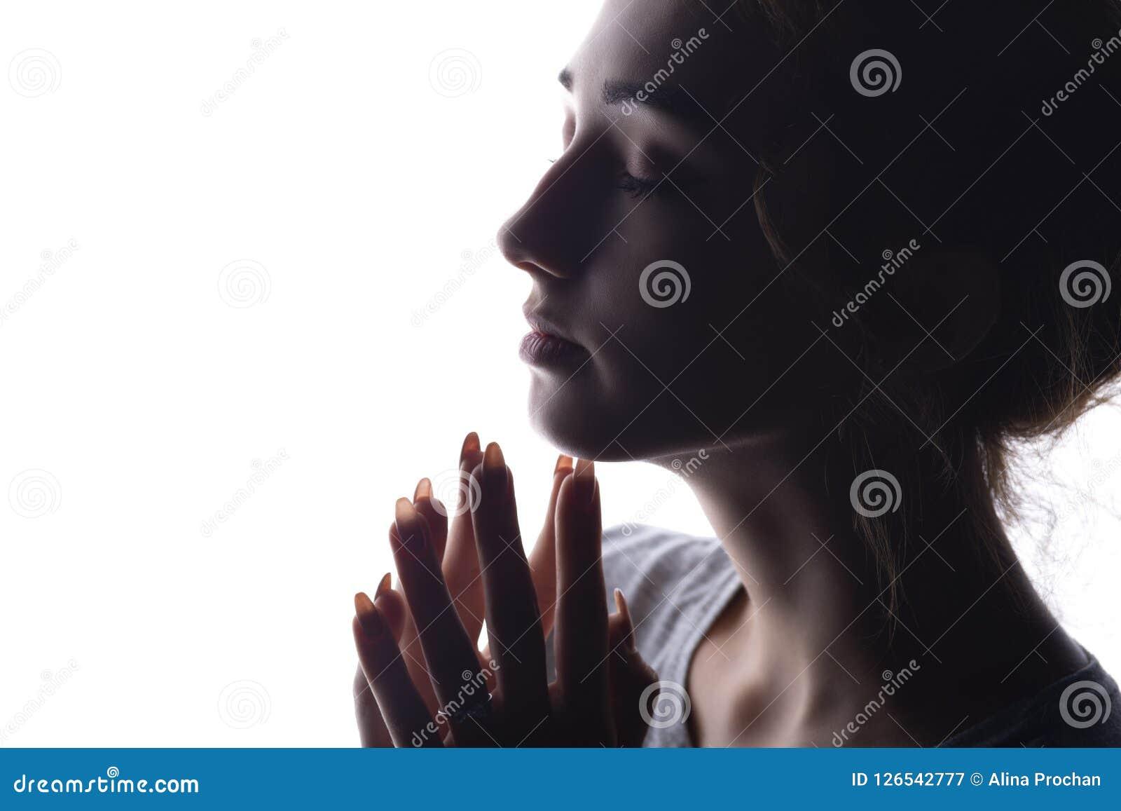Portret piękna dziewczyna skupiał się na myślach, sylwetka kobieta na białym odosobnionym tle