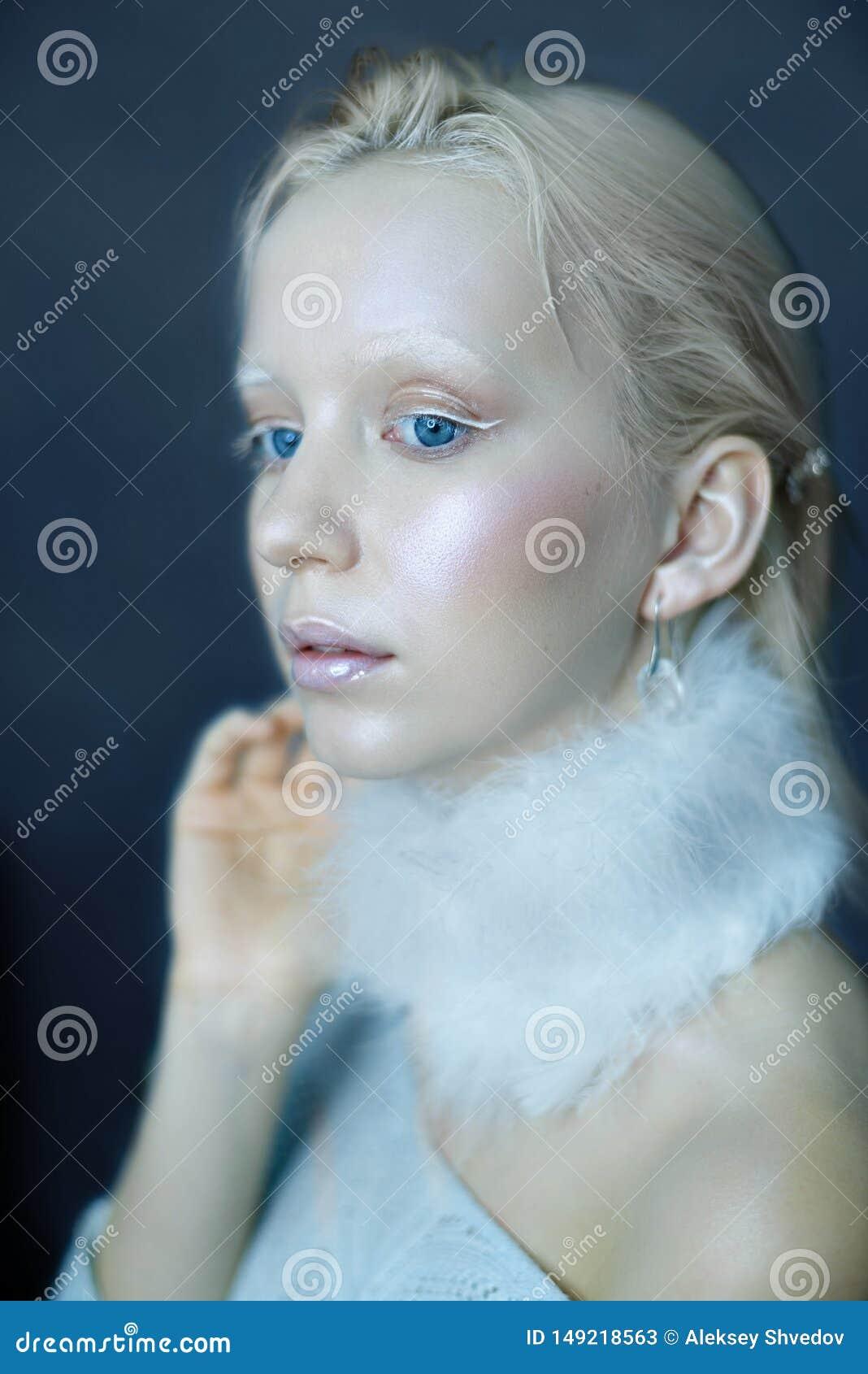 Portret pi?kna dziewczyna w mrozie na jego twarzy na b??kitnym lodowym tle