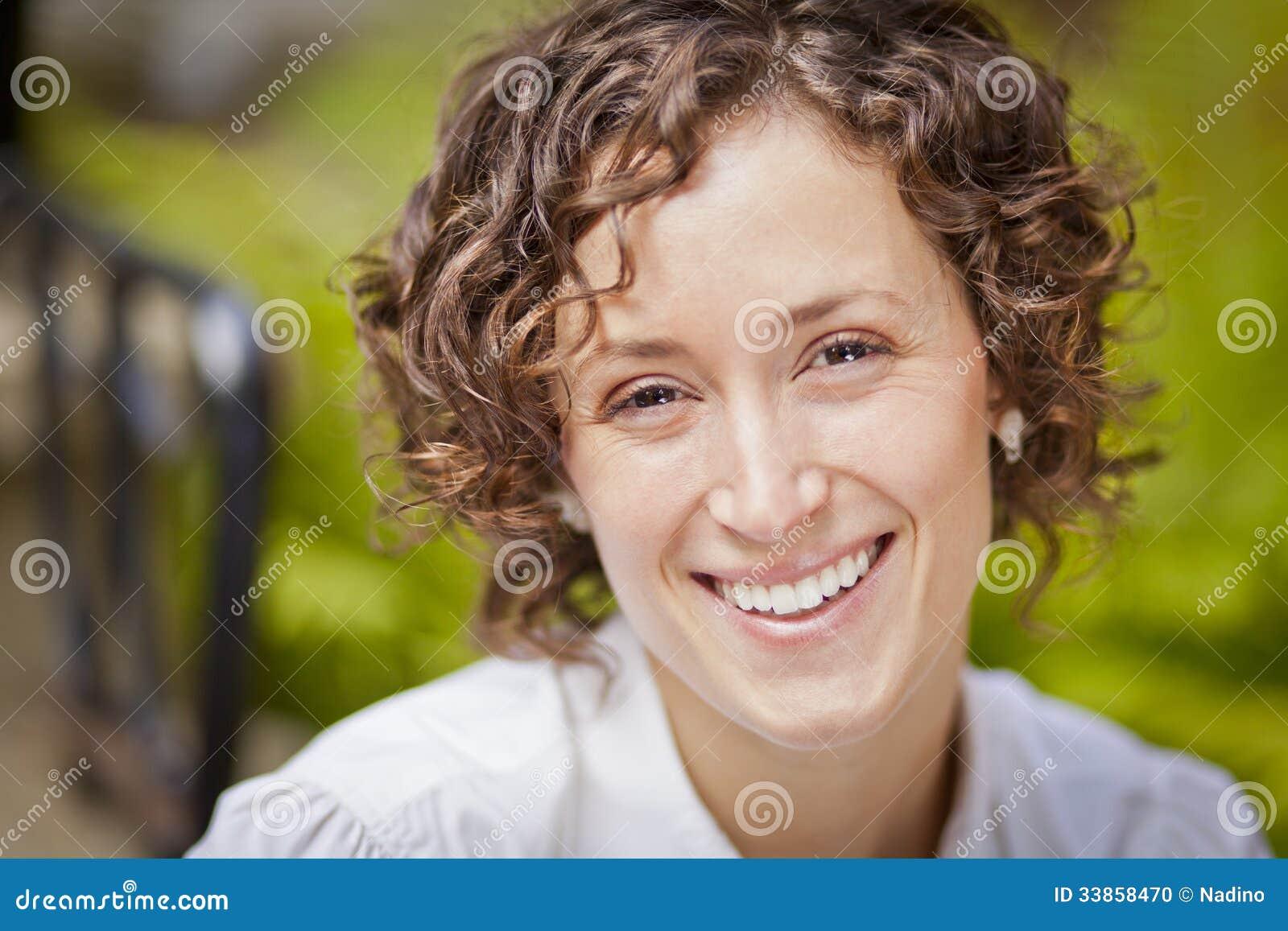 Portret Piękna kobieta ono Uśmiecha się Przy kamerą