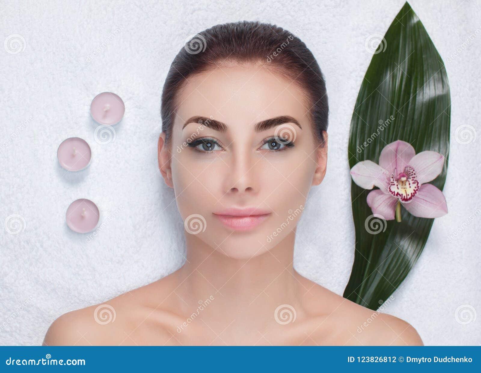 Portret piękna kobieta w zdroju salonie przed piękna traktowaniem