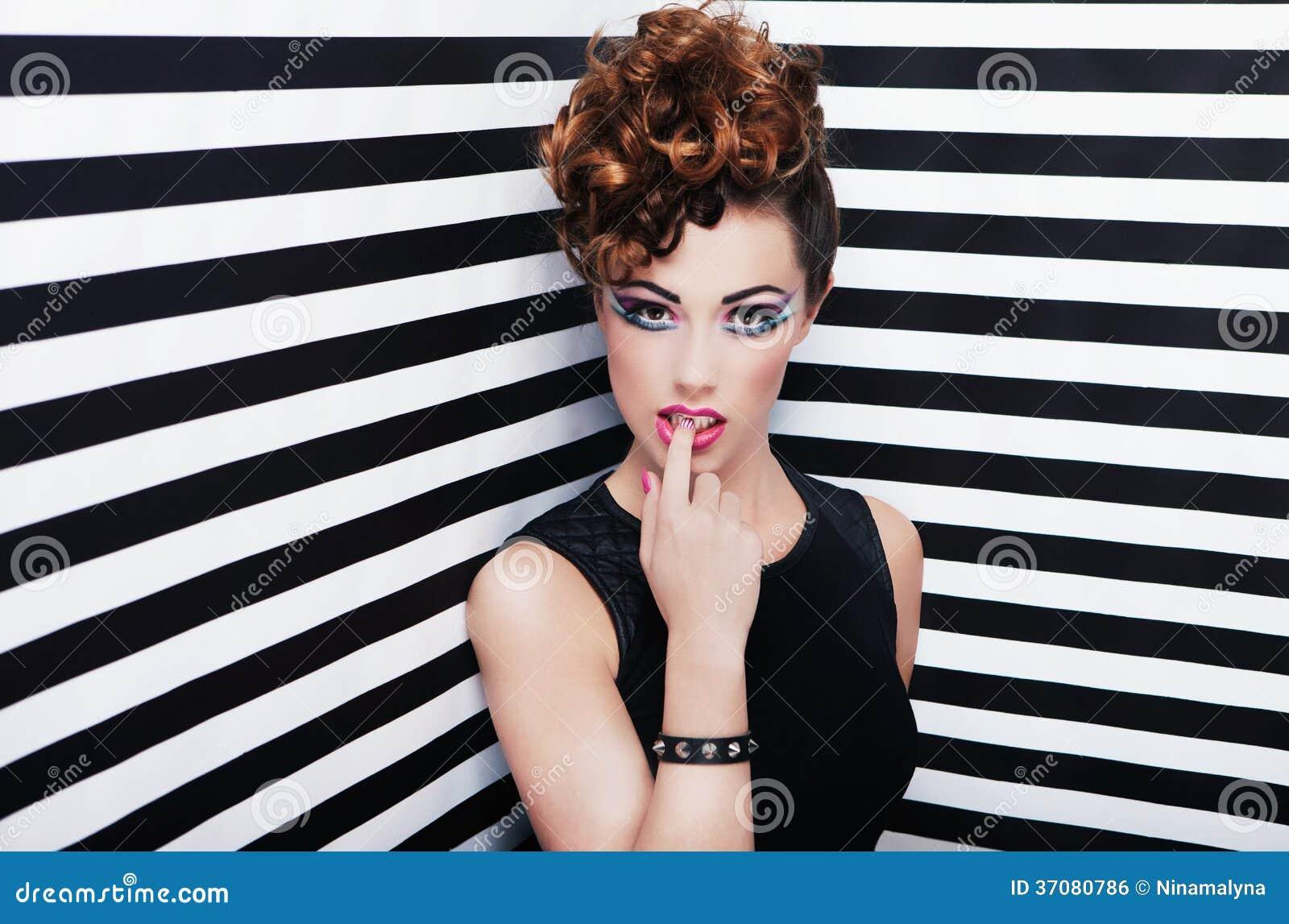 Download Portret Piękna Młoda Kobieta Zdjęcie Stock - Obraz złożonej z moda, eyeshadow: 37080786