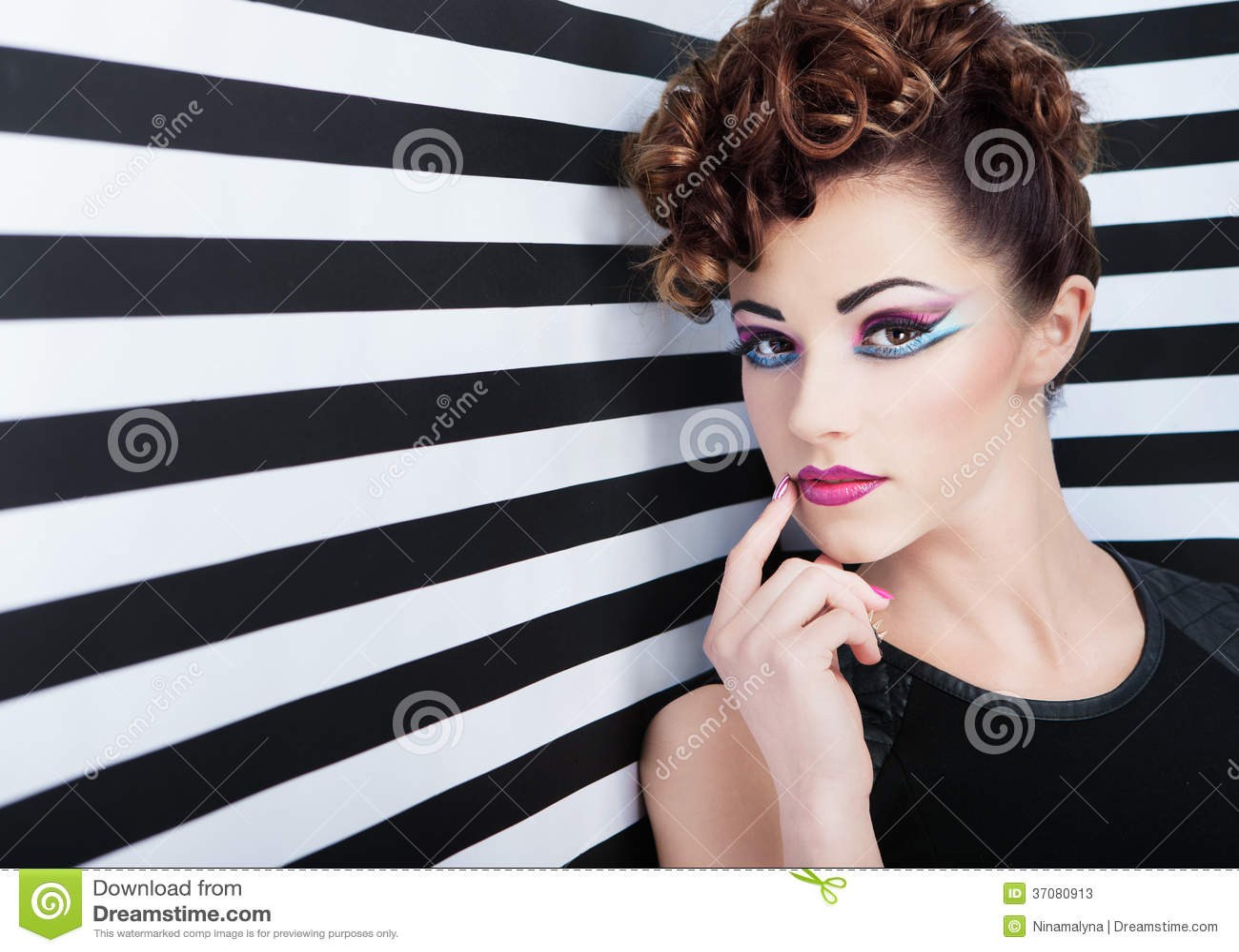 Download Portret Piękna Młoda Kobieta Obraz Stock - Obraz złożonej z pojęcie, target31: 37080913