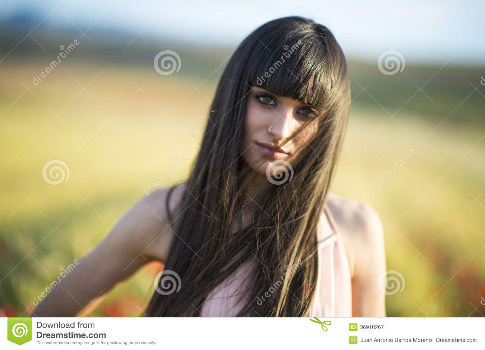 Portret piękna młoda kobieta plenerowa w lecie. Odpowiada po