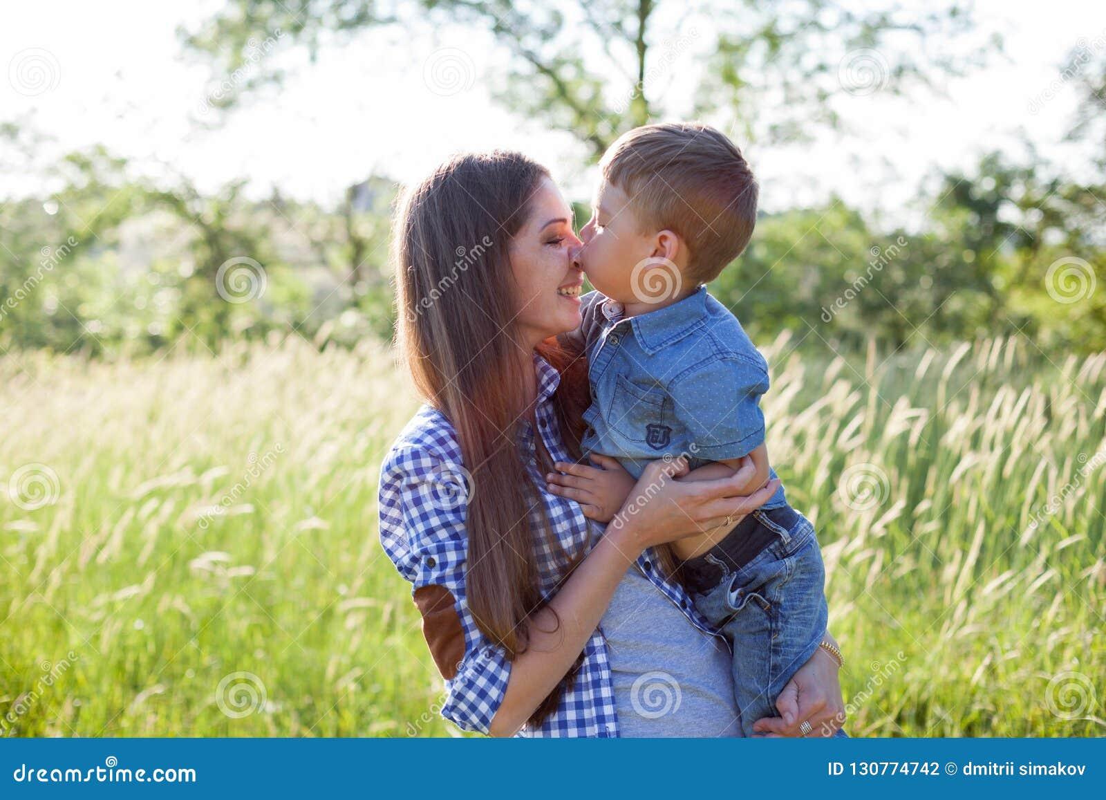 Portret piękna matka z młodym synem outdoors podróżuje