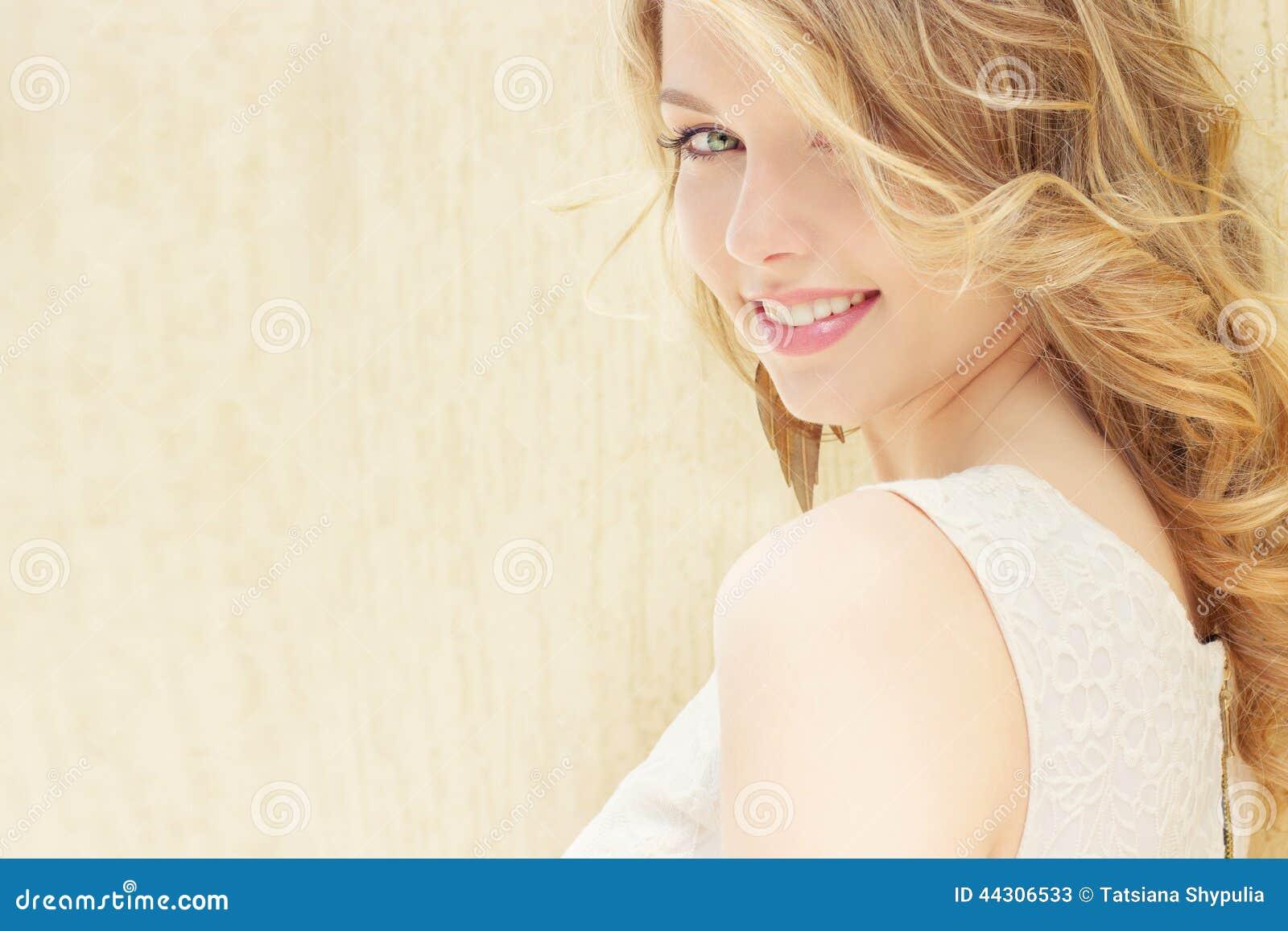 Portret piękna seksowna dziewczyna z wielkimi tłuściuchnymi wargami z białym włosy i białym pełnym długim palcem
