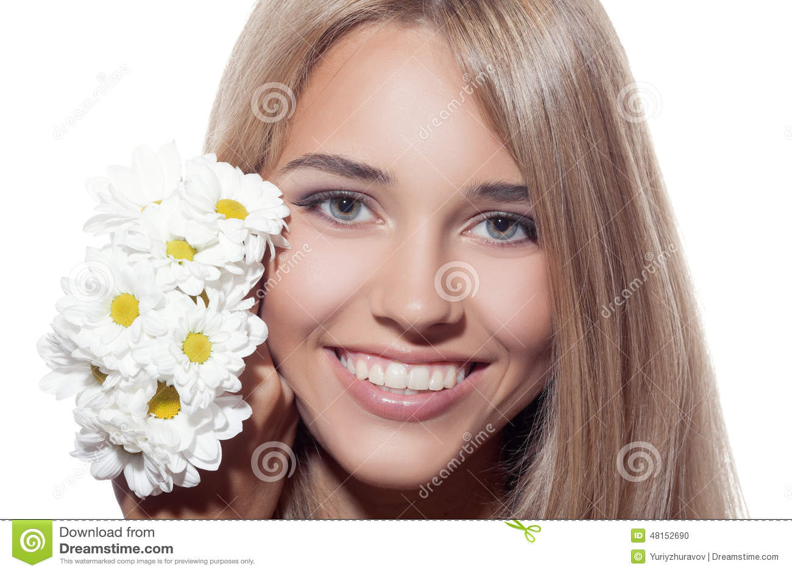 Portret Piękna Uśmiechnięta kobieta Z kwiatami jasna skóra