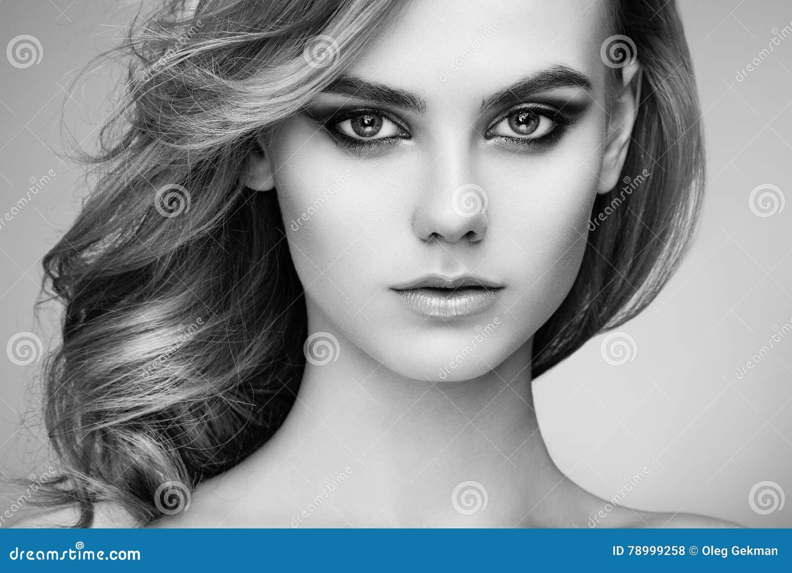 Portret piękna zmysłowa kobieta z elegancką fryzurą