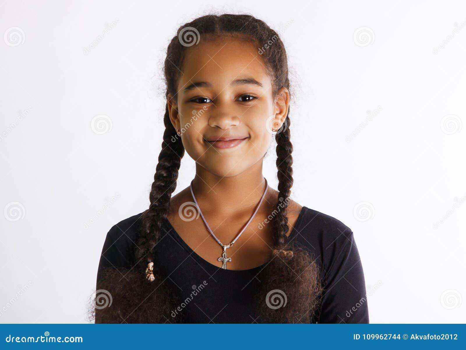 Portret piękne ciemnoskóre dziewczyny na białym tle Dziecko uśmiechy