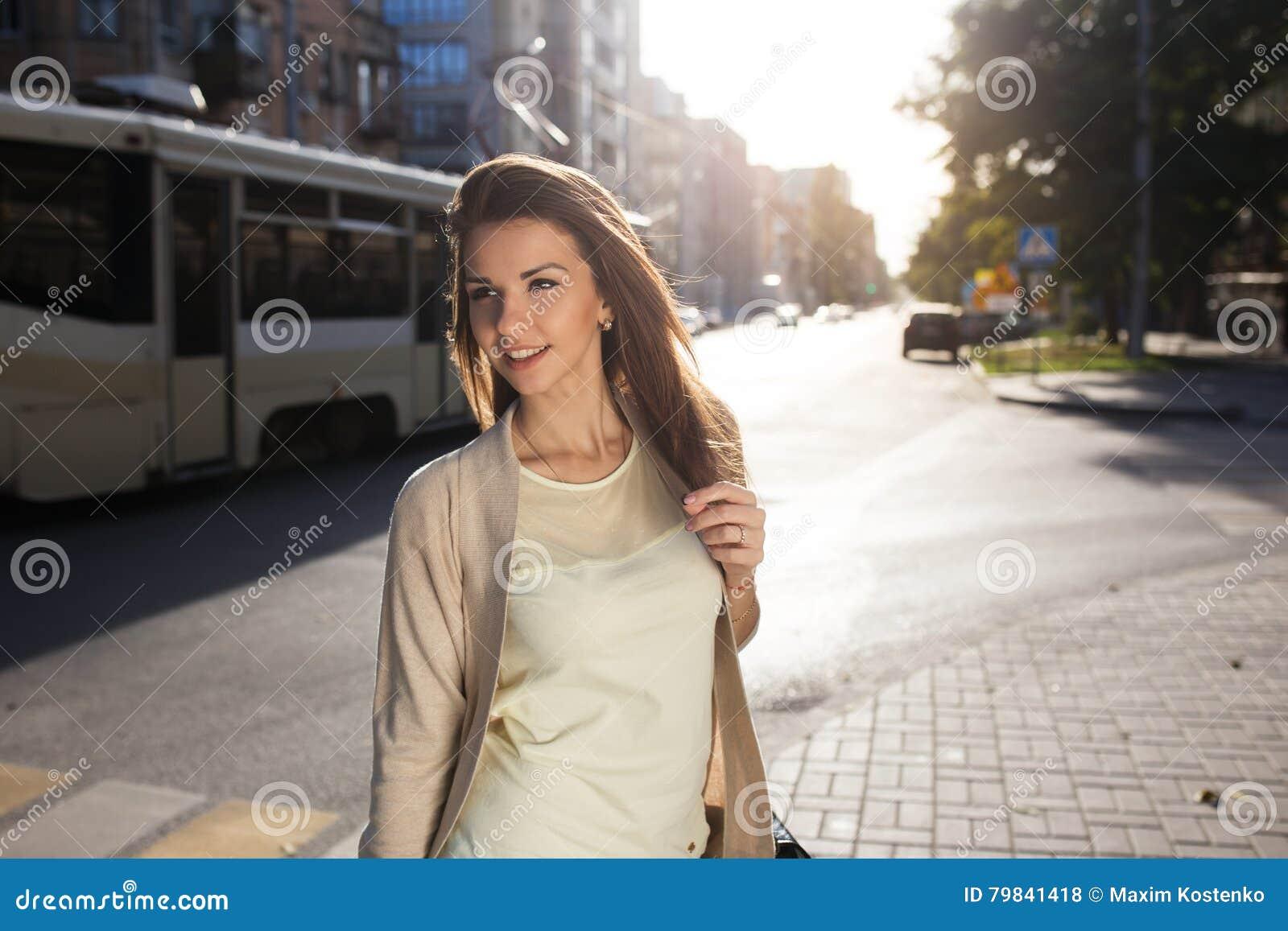 Portret piękno kobiety odprowadzenie na ulicie