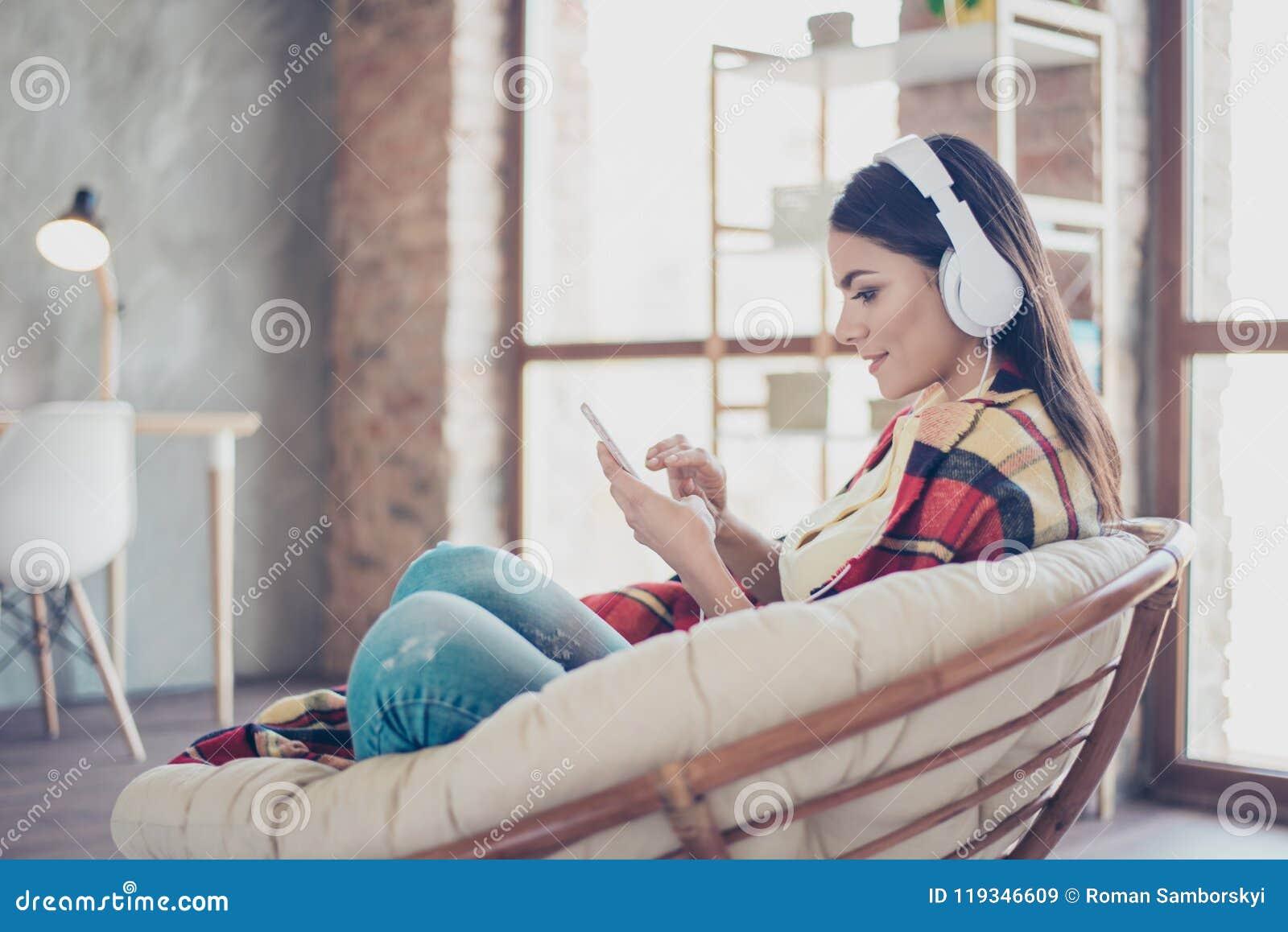 Portret piękny szczęśliwy łaciński dziewczyny obsiadanie w eleganckim armcha