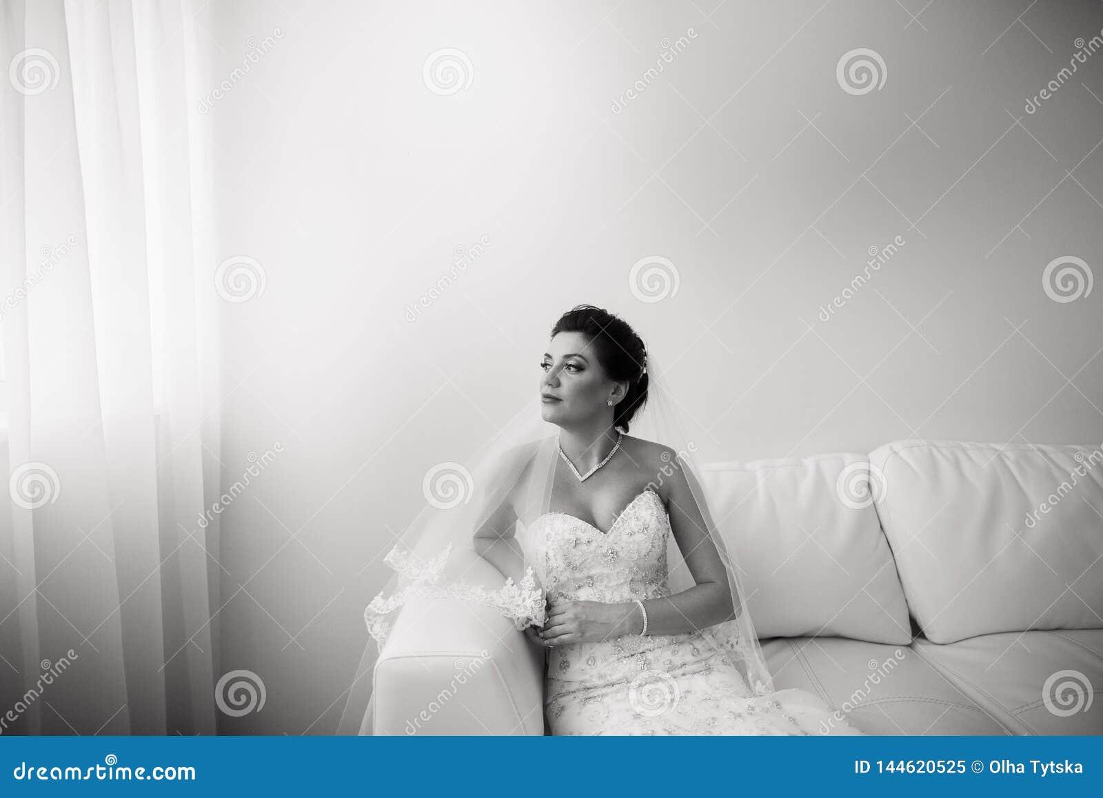 Portret pi?kny szcz??liwy panny m?odej obsiadanie na kanapie