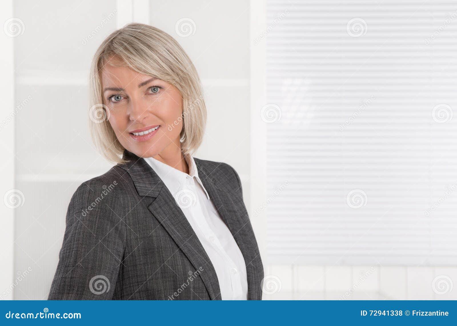 Portret: Piękny w średnim wieku odosobniony bizneswoman