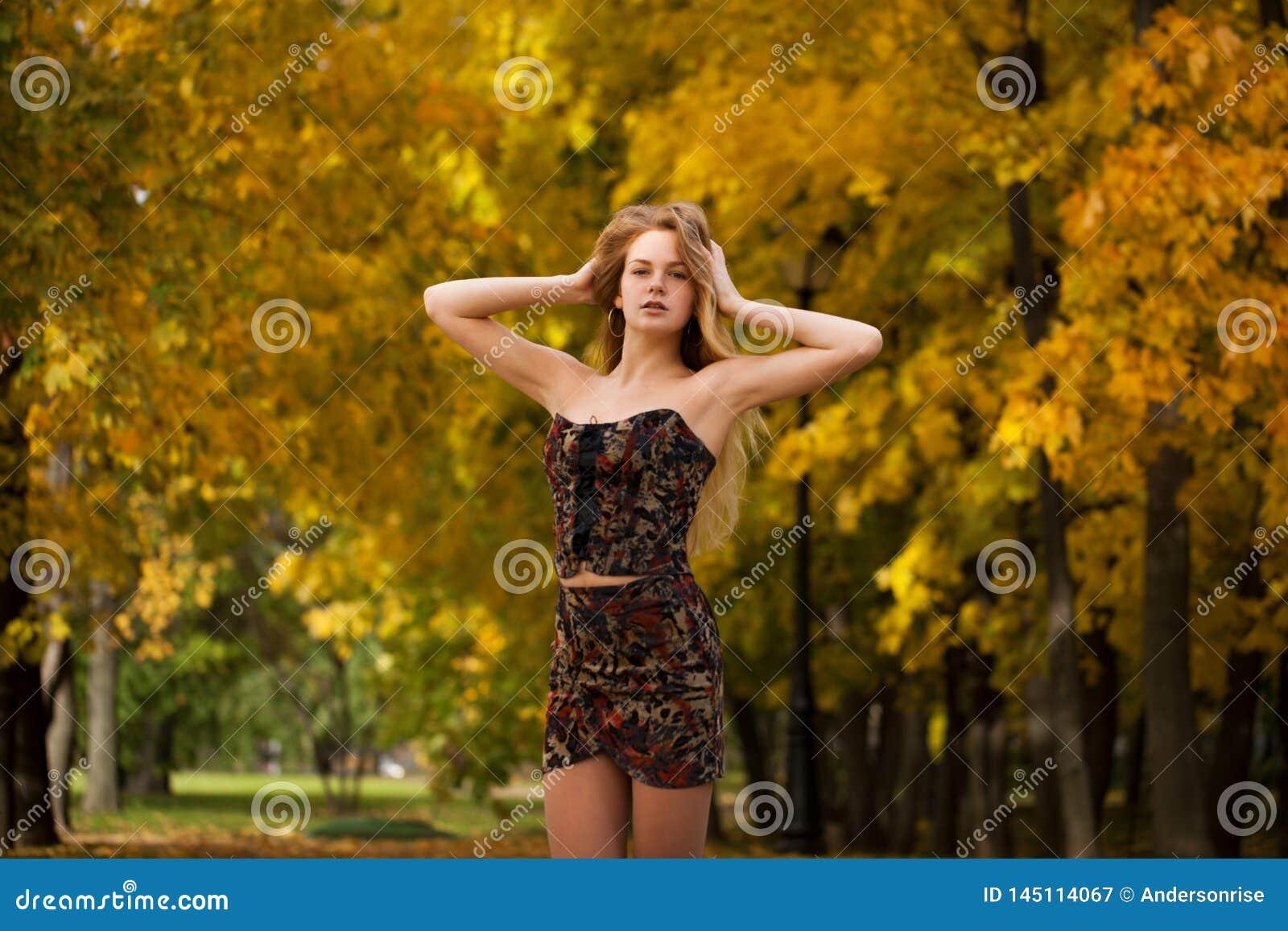 Portret pi?kna m?oda kobieta w sukni