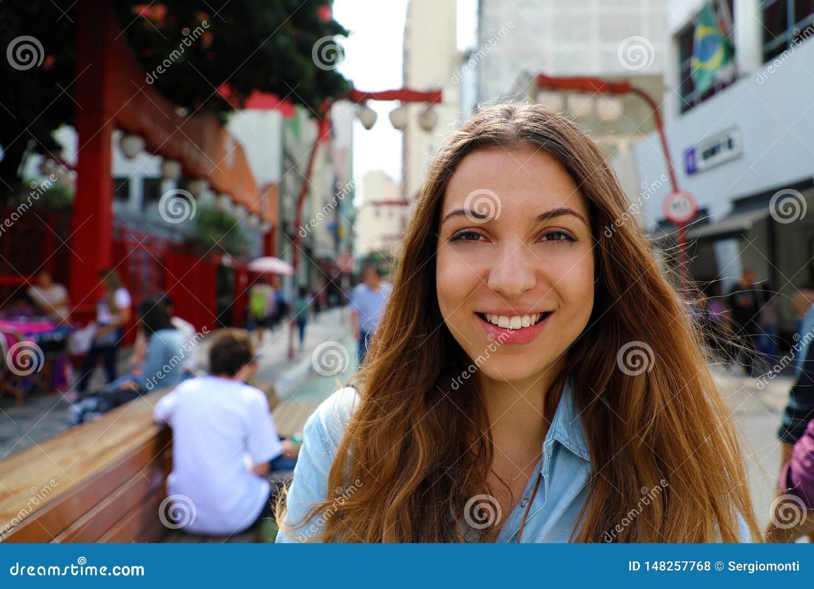 Portret pi?kna u?miechni?ta kobieta w Sao Paulo japo?skim s?siedztwie Liberdade, Sao Paulo, Brazylia