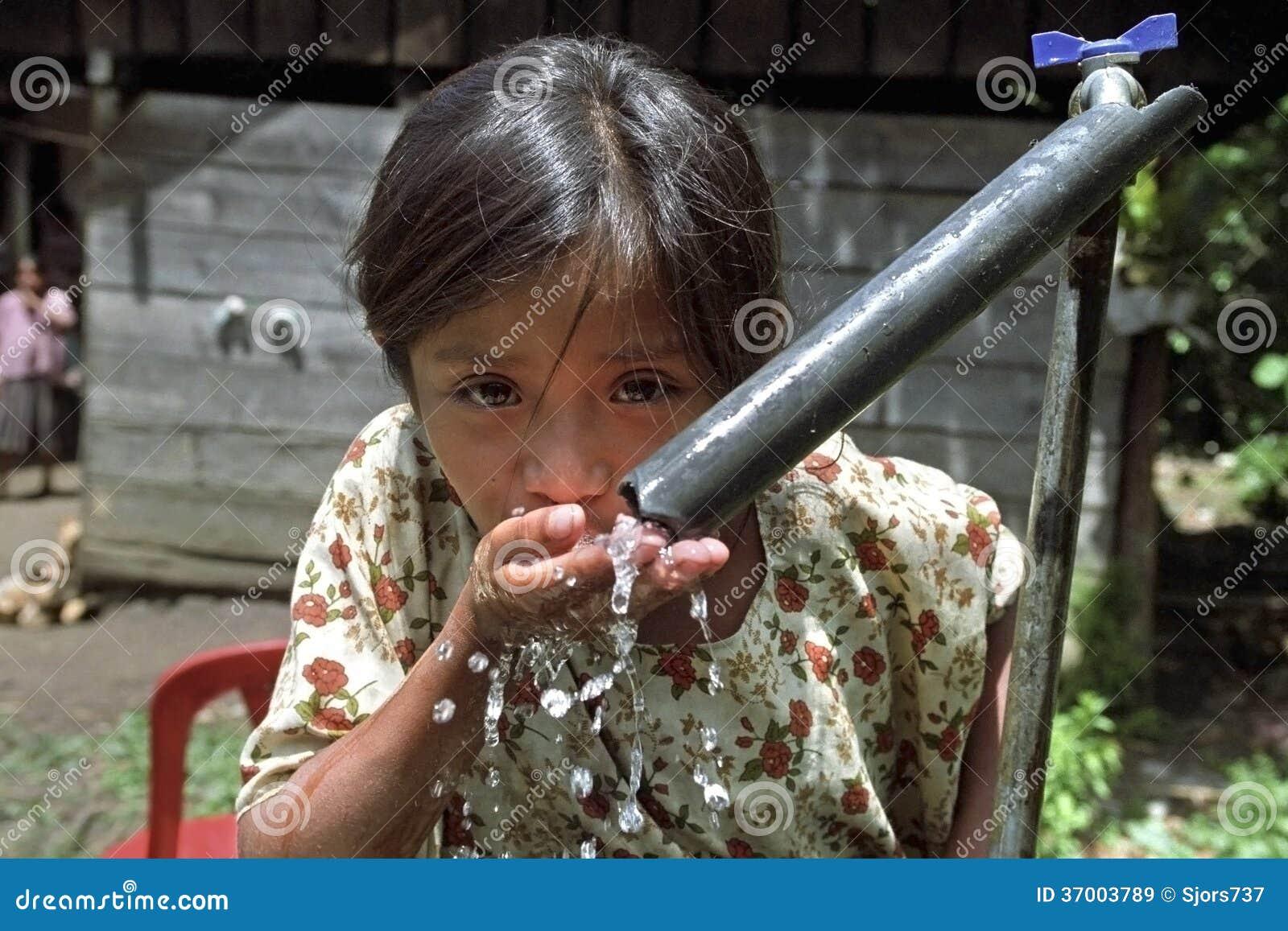 Portret pije Gwatemalskiej dziewczyny woda
