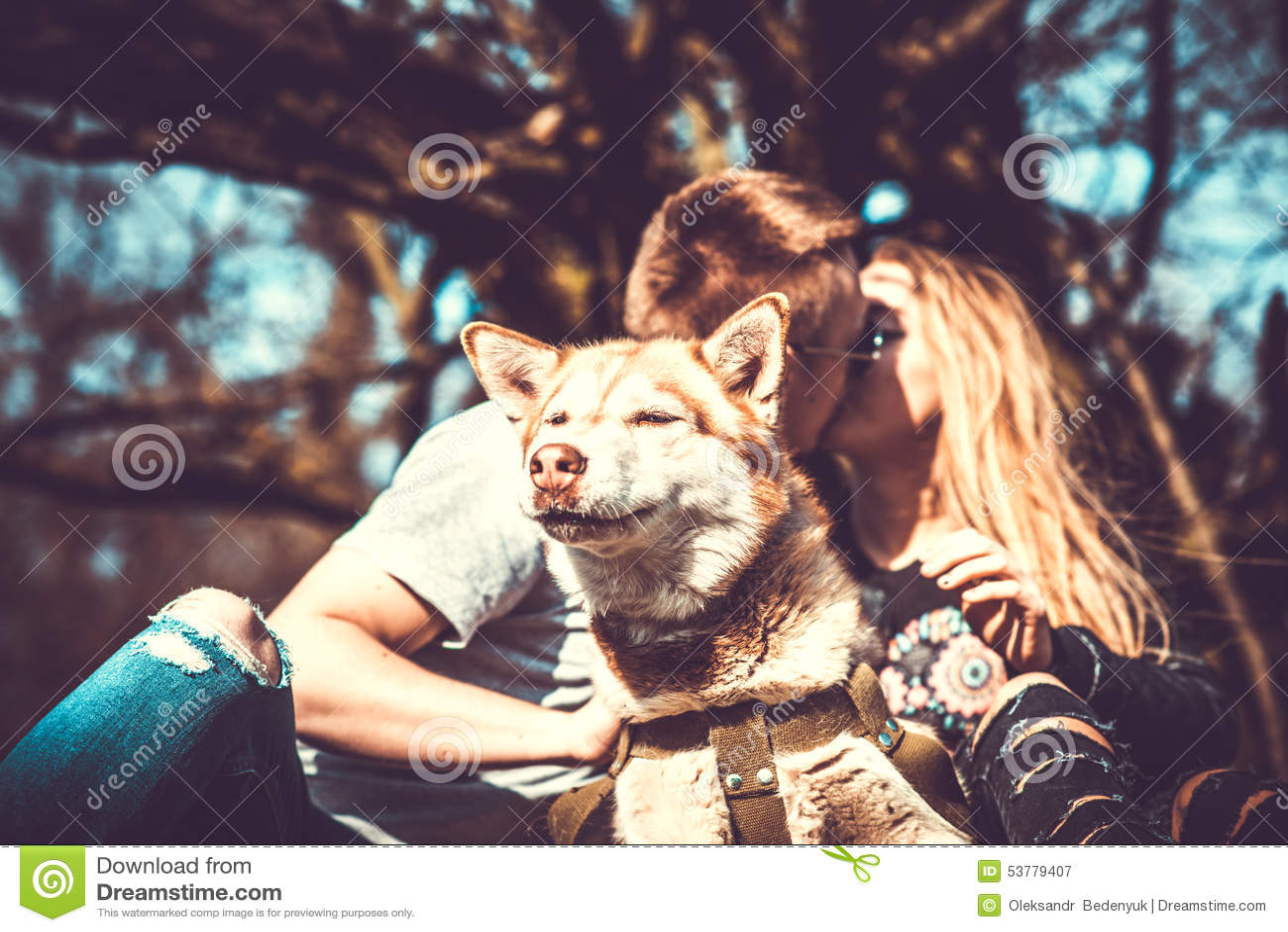 Portret plenerowy z całowanie parą behind husky pies