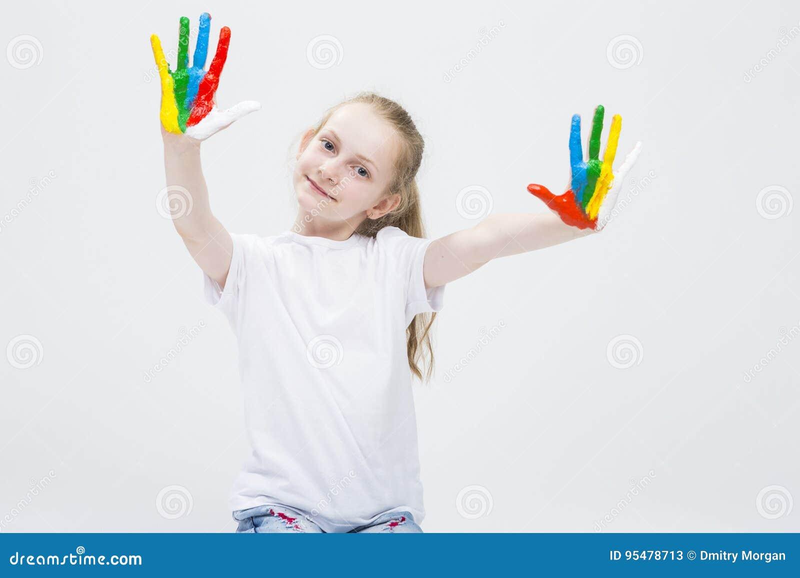 Portret Pokazuje Upaćkane Kolorowe ręki Jaskrawy Malować Śmieszna młoda dziewczyna