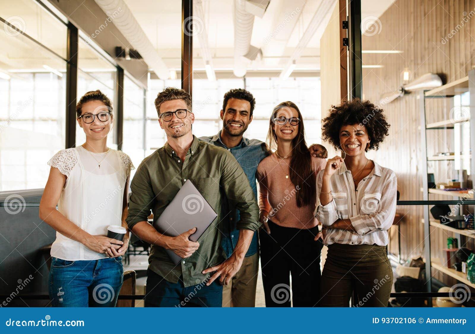 Portret pomyślna kreatywnie biznes drużyna