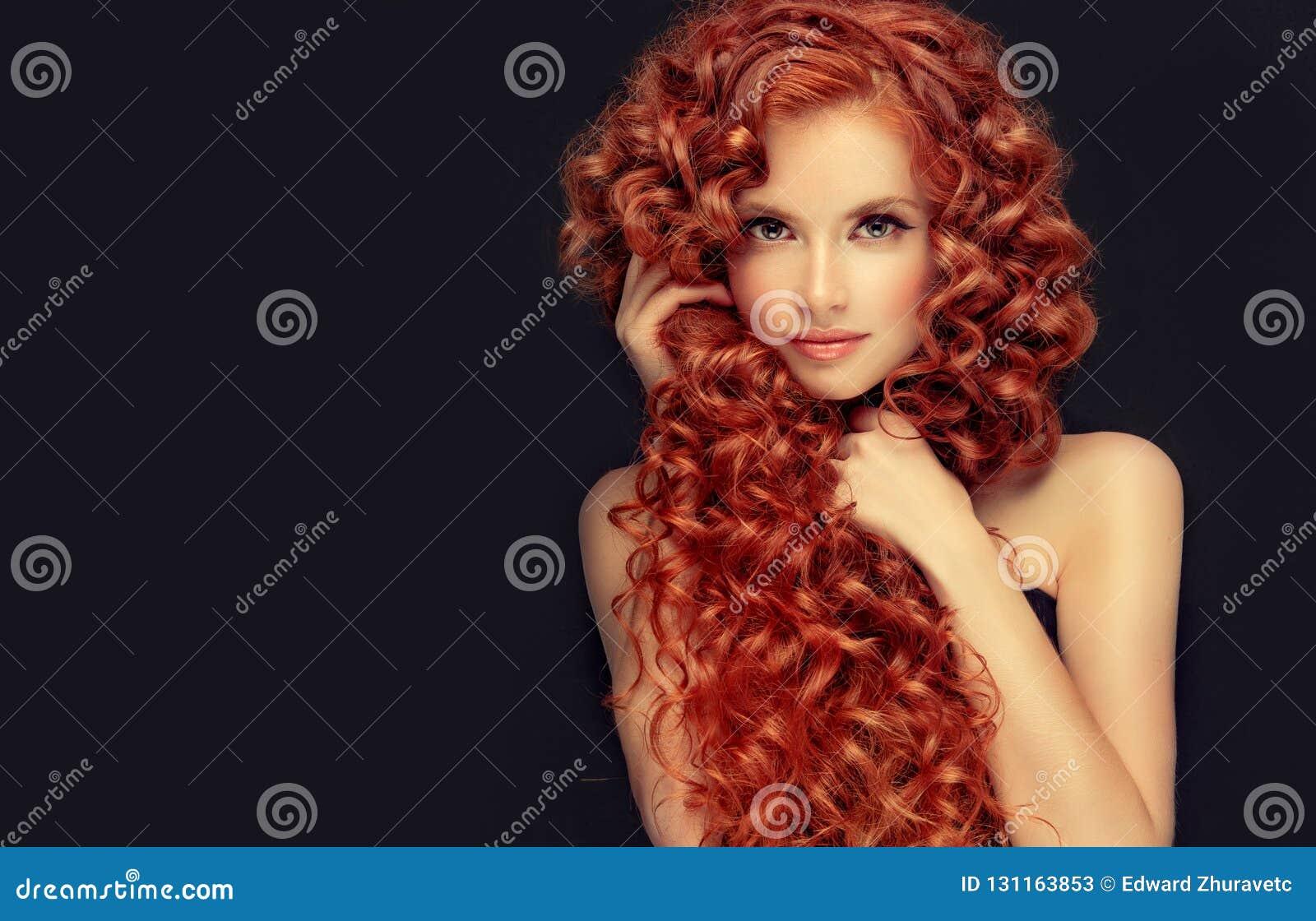 Portret potomstwa, atrakcyjni potomstwa modeluje z nieprawdopodobnym zwartym, długim, kędzierzawym czerwonym włosy, Frizzy włosy