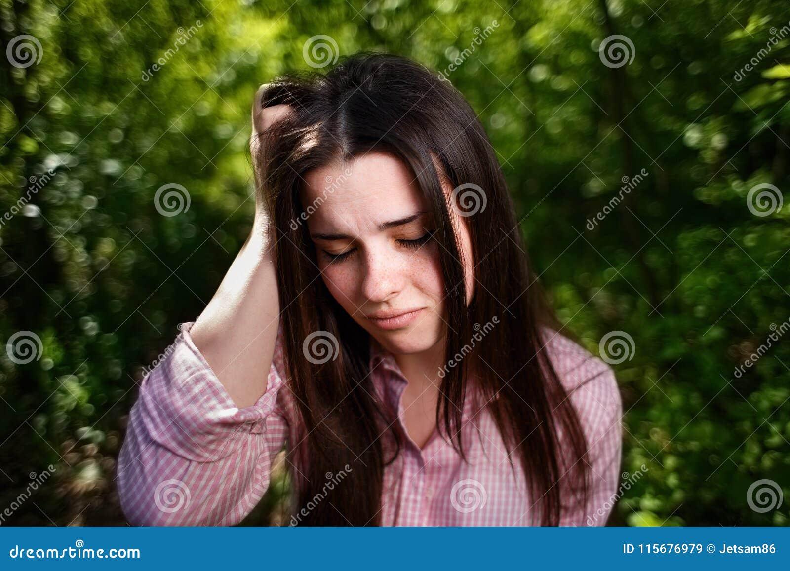 Portret potomstwa stresował się kobiety cierpienie od migreny lub migr