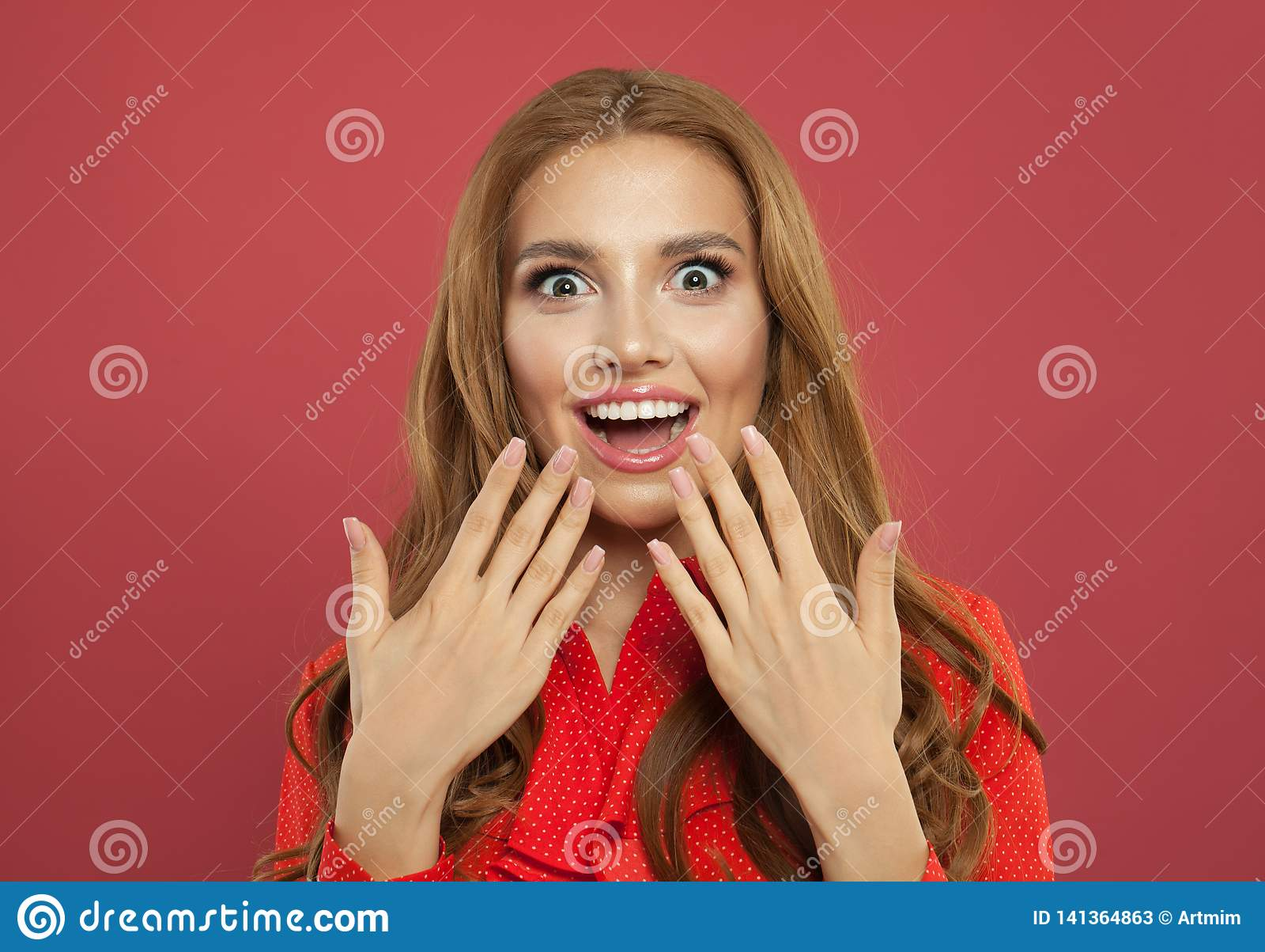 Portret potomstwo dosyć z podnieceniem zdziwiona kobieta śmia się na kolorowym jaskrawym różowym tle Piękna wzorcowa dziewczyna