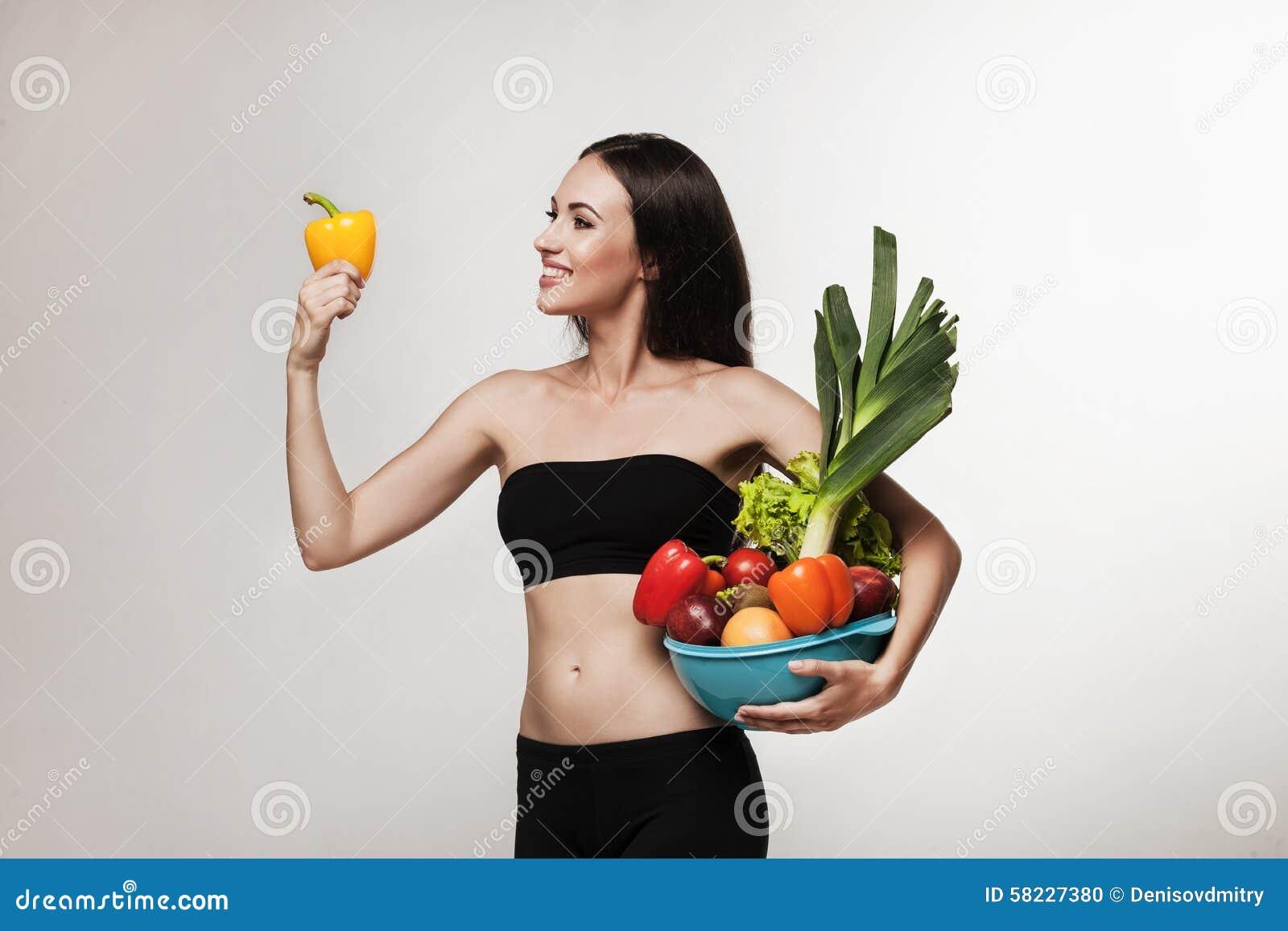 Portret potomstwo kobiety mienia dysponowani warzywa