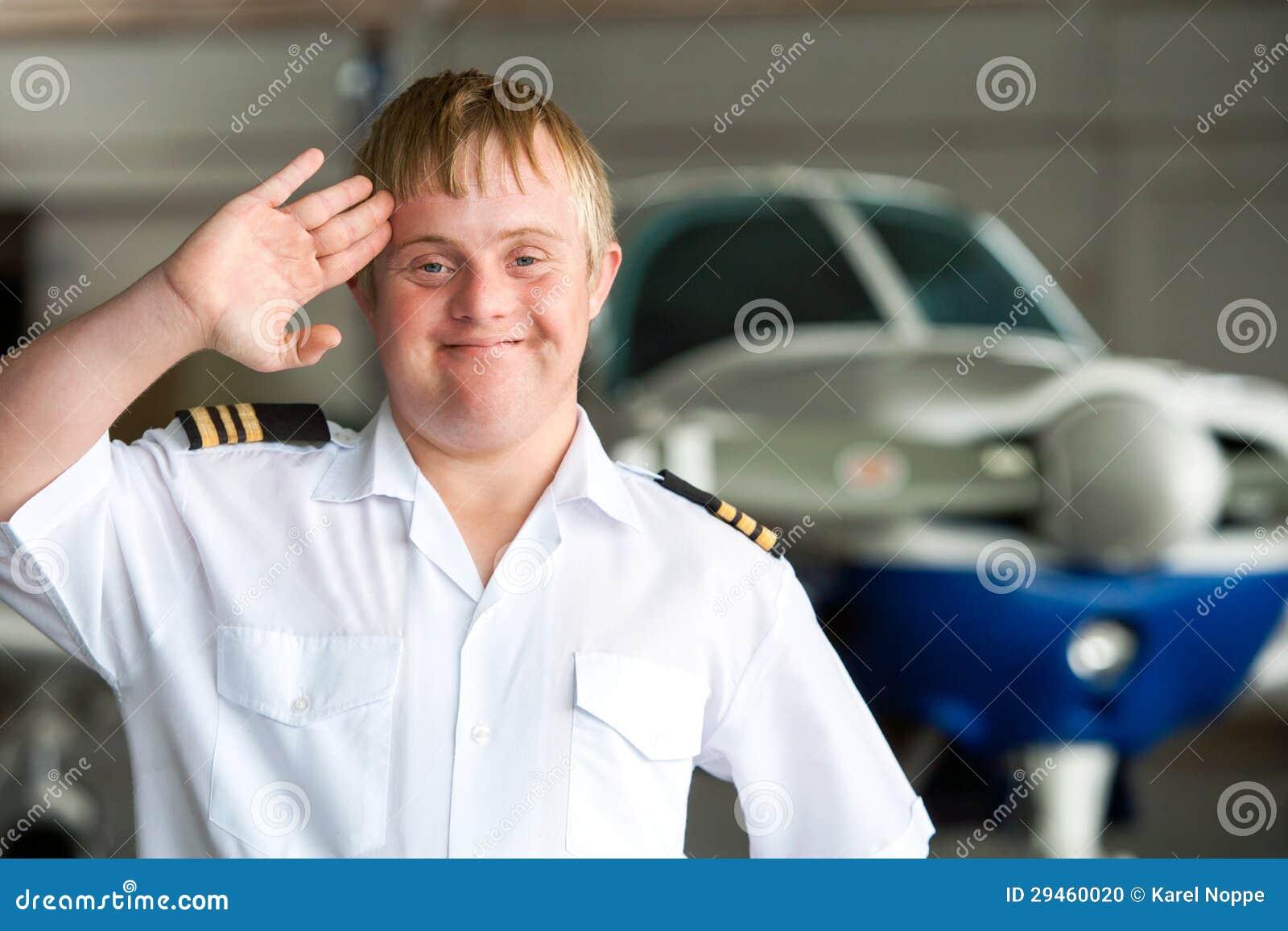 Portret potomstwo pilot z puszka syndromem w hangarze.