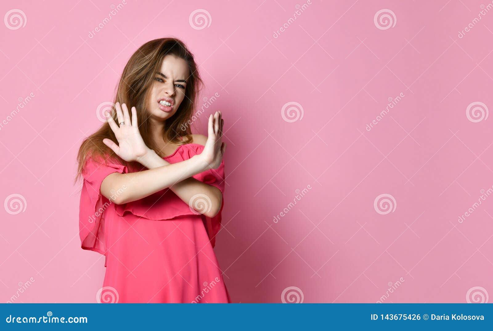 Portret poważna, nieszczęśliwa, ufna blondynki kobieta trzyma dwa ręki, krzyżował, gestykulujący żadny znaka,