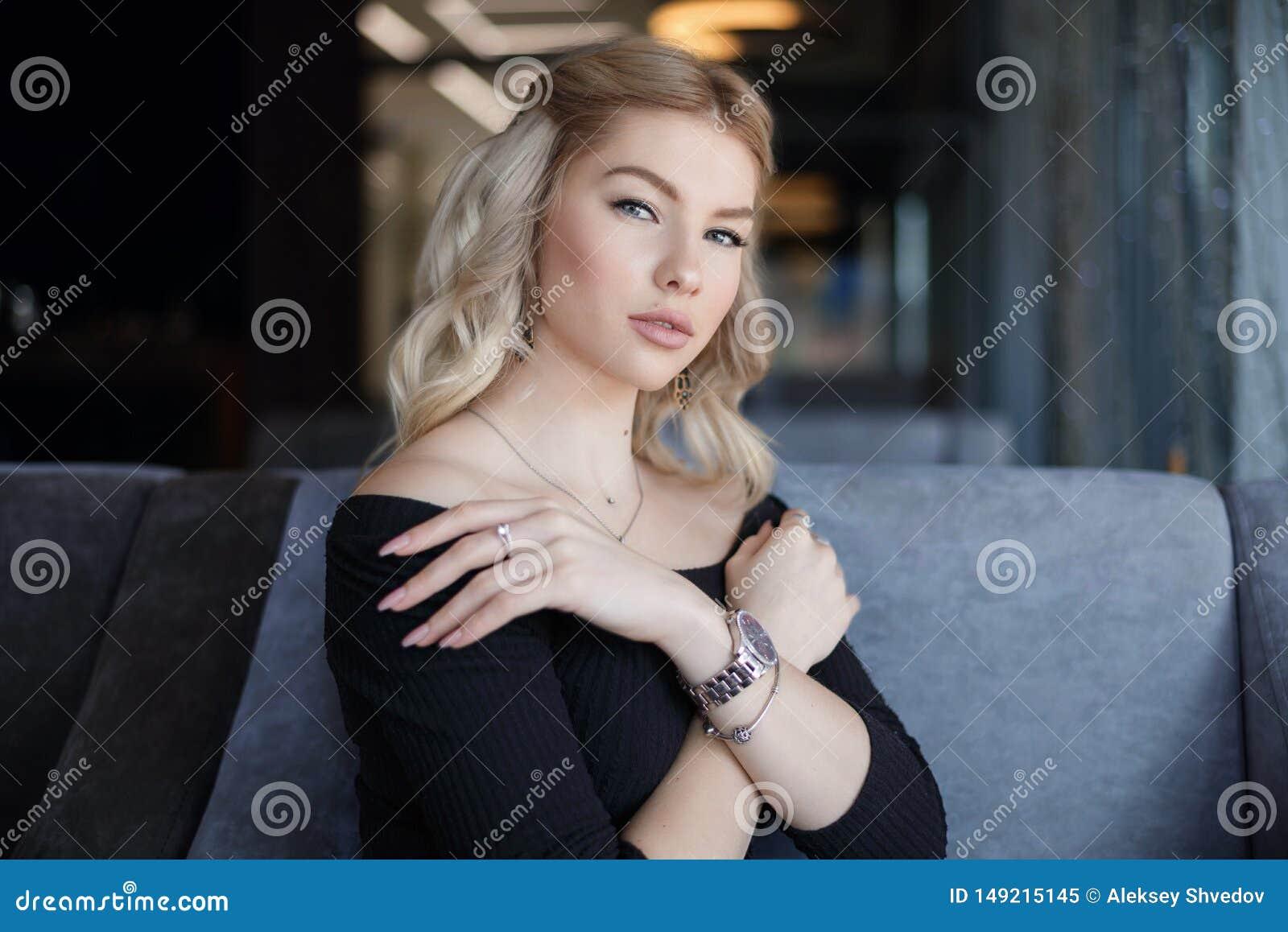 Portret powabna m?oda kobieta z ?yczliwym u?miechem, d?ugi blondynka w?osy ono u?miecha si?
