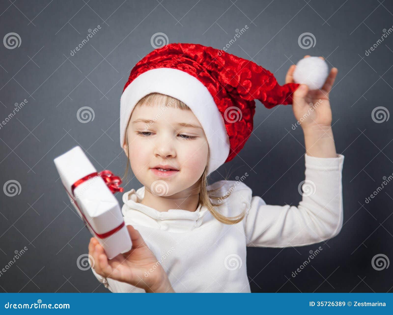 Portret powabna mała dziewczynka w Santa kapeluszu