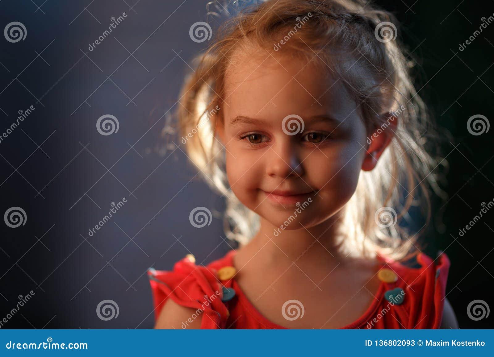 Portret powabny jasnogłowy dziewczyny stać outside na ciepłym lato wieczór słońce iluminuje włosy od
