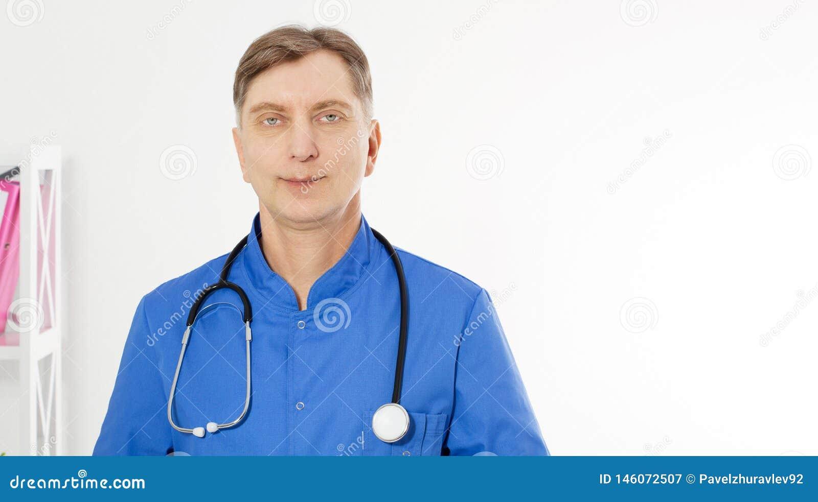 Portret pozuje z biurem Uśmiechnięta lekarka, jest ubranym stetoskop, kopii przestrzeń dla logo lub tekst,