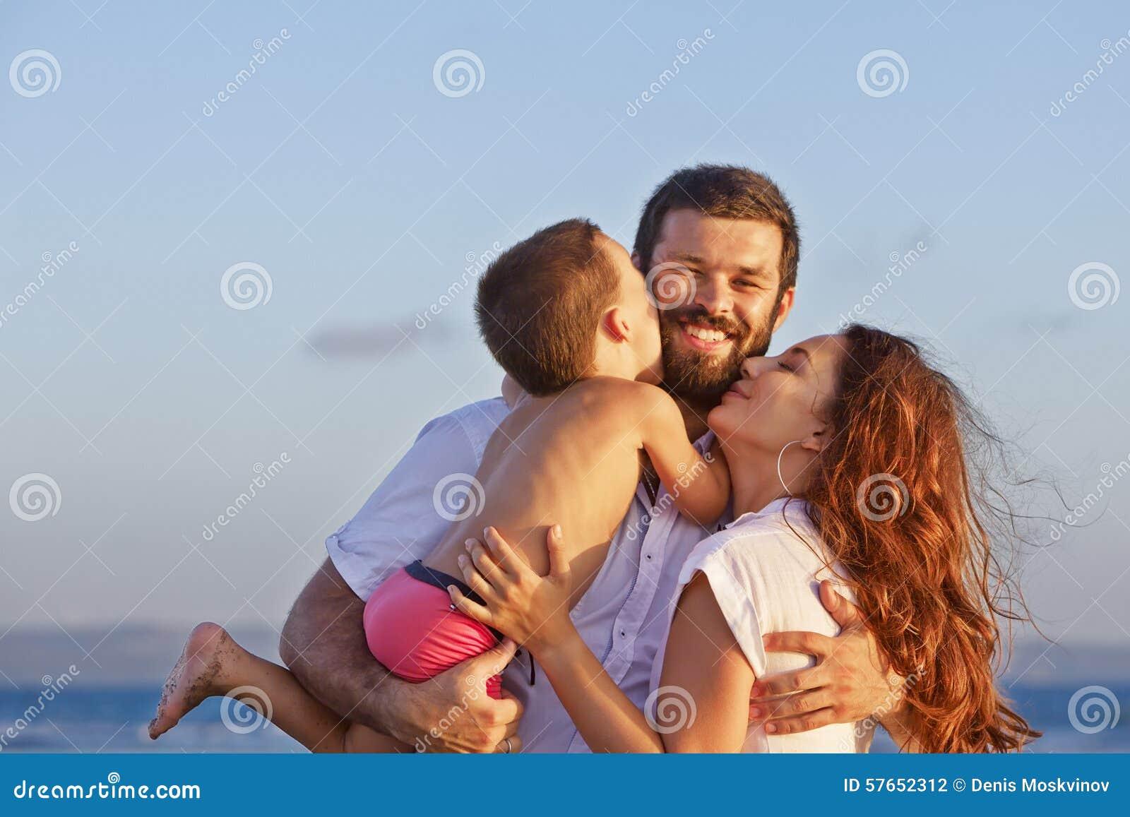 Portret pozytywna rodzina na zmierzch plaży