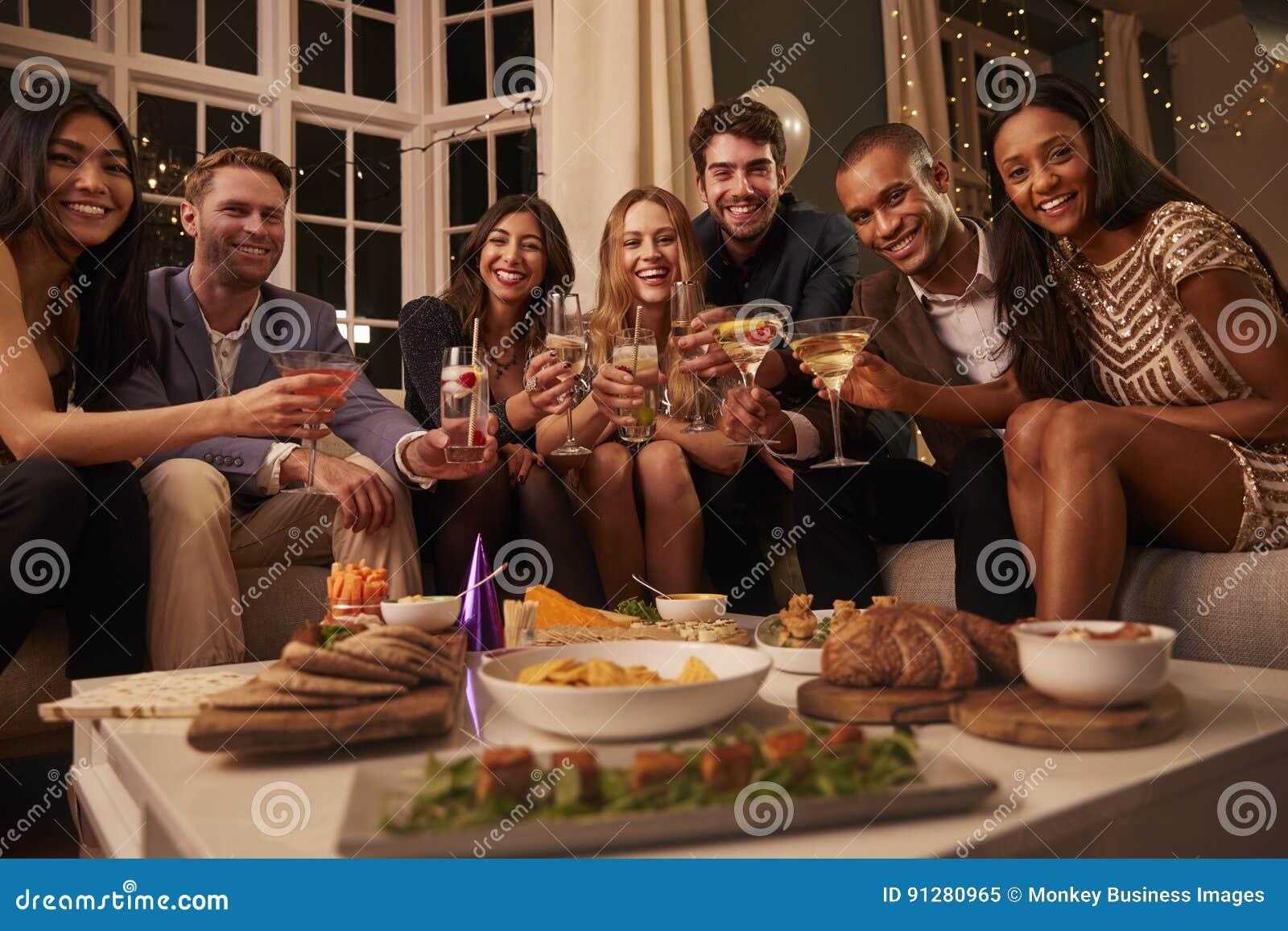 Portret przyjaciele Z napojami I przekąskami Przy przyjęciem