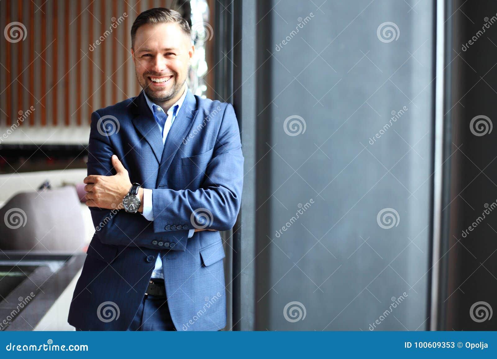 Portret przystojny biznesmen w miastowym położeniu