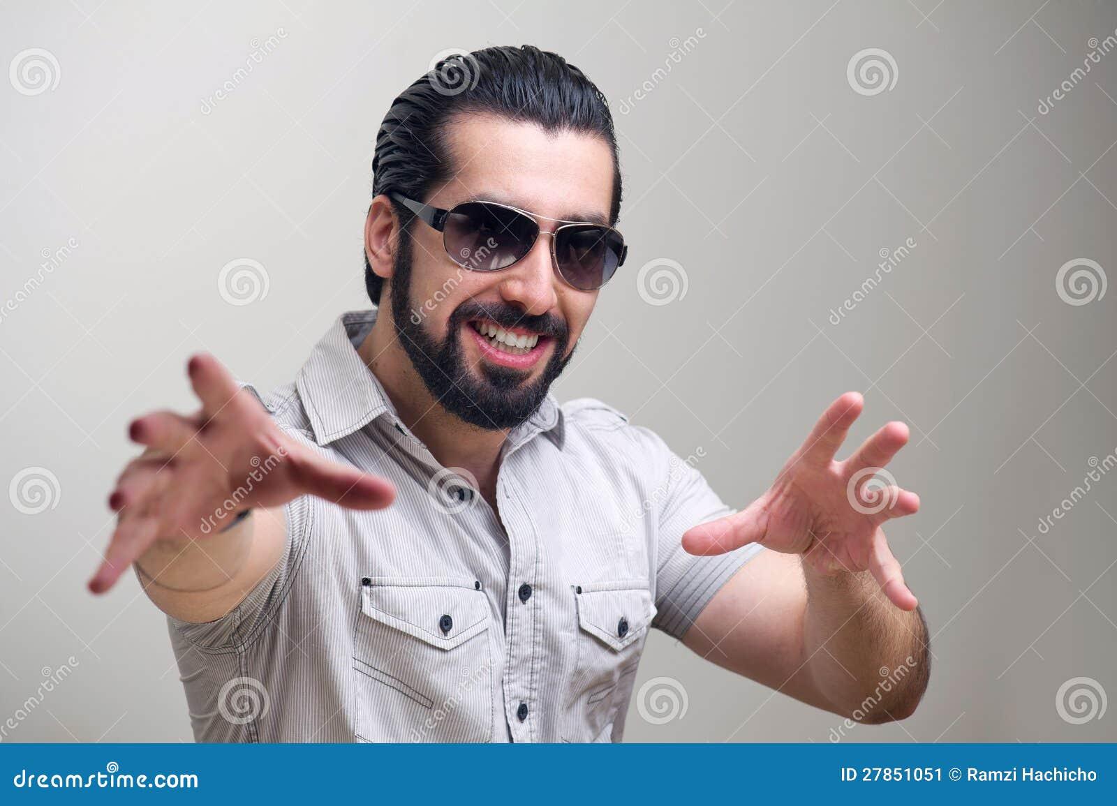 Portret przystojny młody człowiek robi ręki ono uśmiecha się i gestom