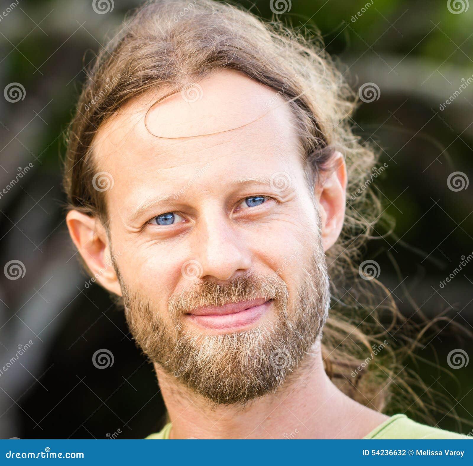 Portret przystojny niewygładzony brodaty mężczyzna