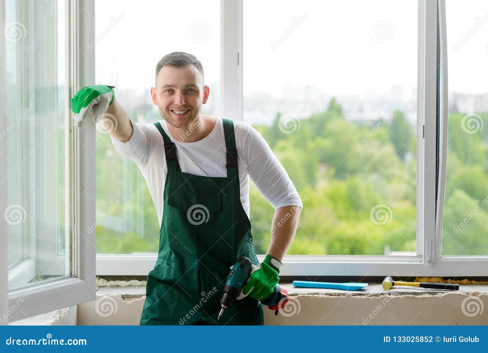 Portret przystojny robociarz