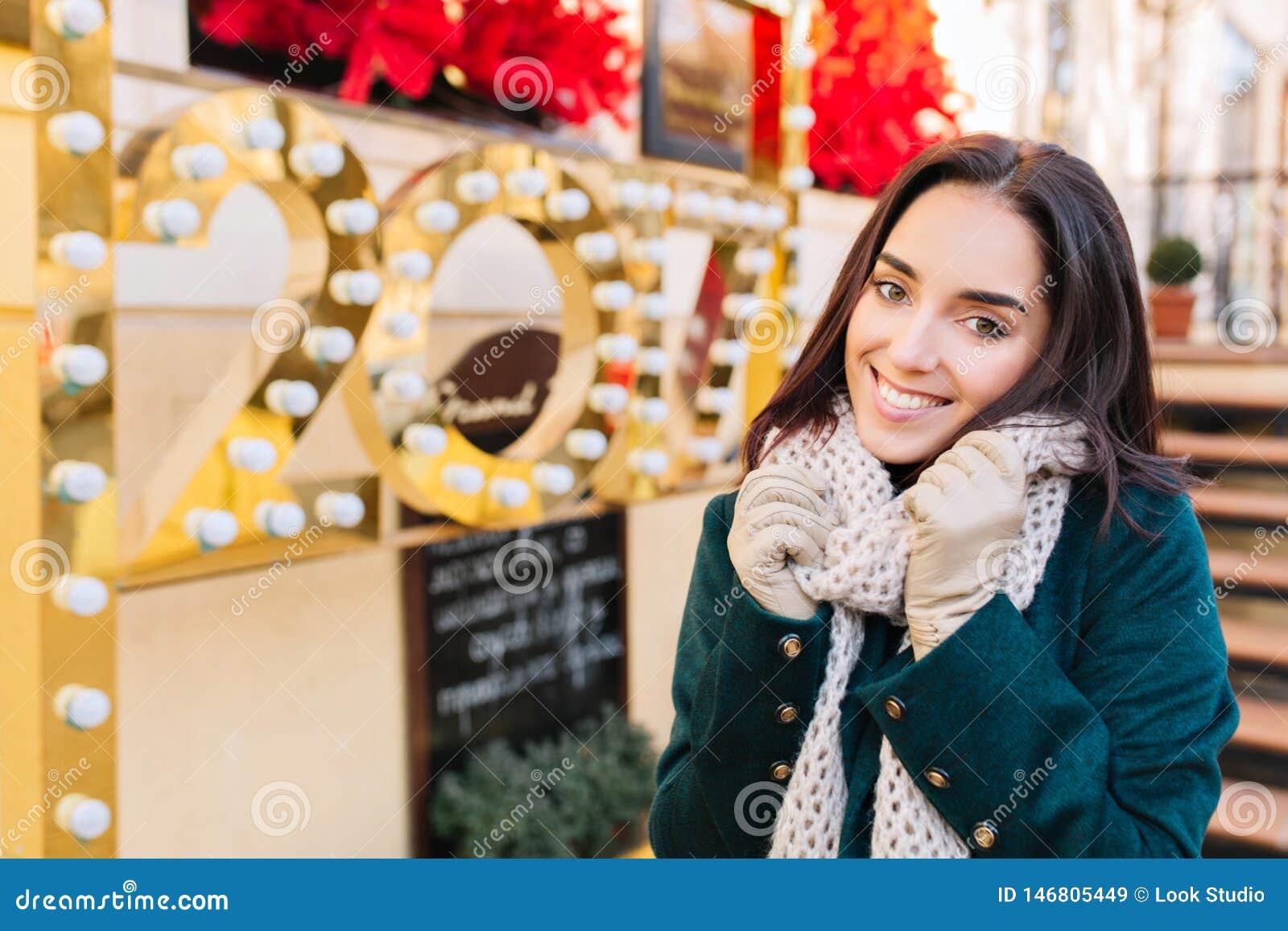 Portret radosna uśmiechająca się zadziwiająca młoda kobieta świętuje nowego roku 2017 na ulicie w mieście Rozochocone emocje, wyg