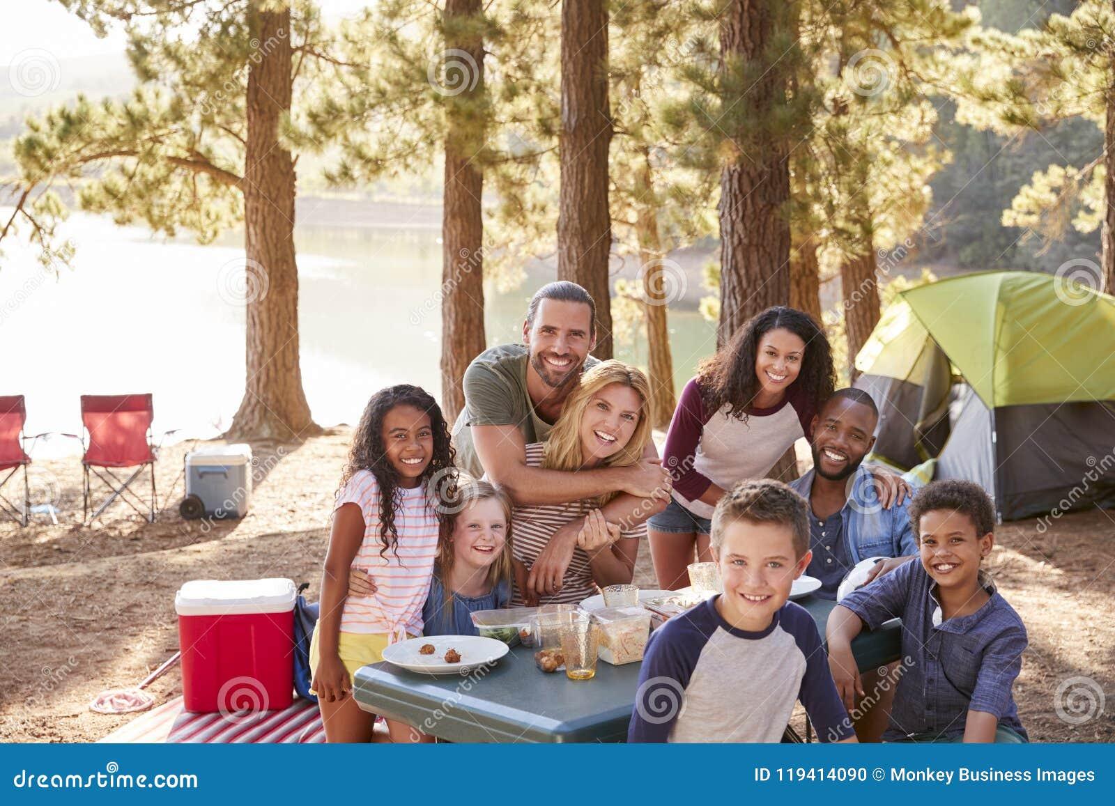 Portret rodzina Z przyjaciółmi Obozuje jeziorem W lesie